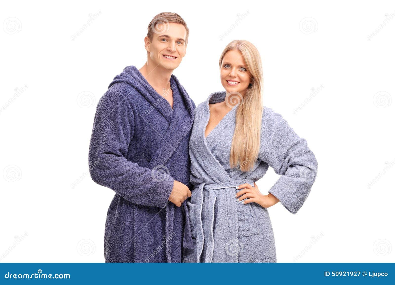 Νέο ζεύγος στο μπλε αγκάλιασμα μπουρνουζιών