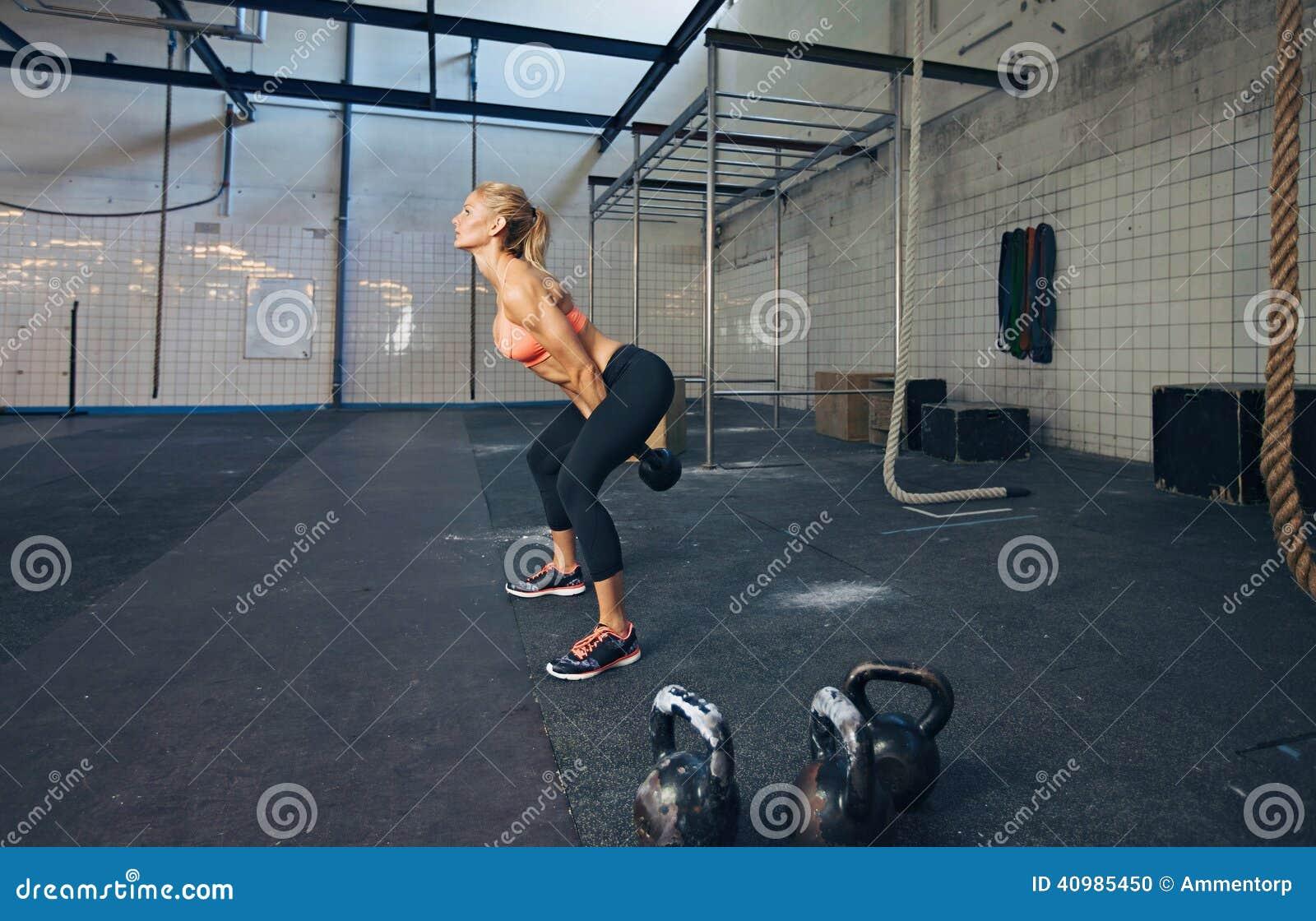 Νέο θηλυκό ικανότητας που κάνει crossfit workout