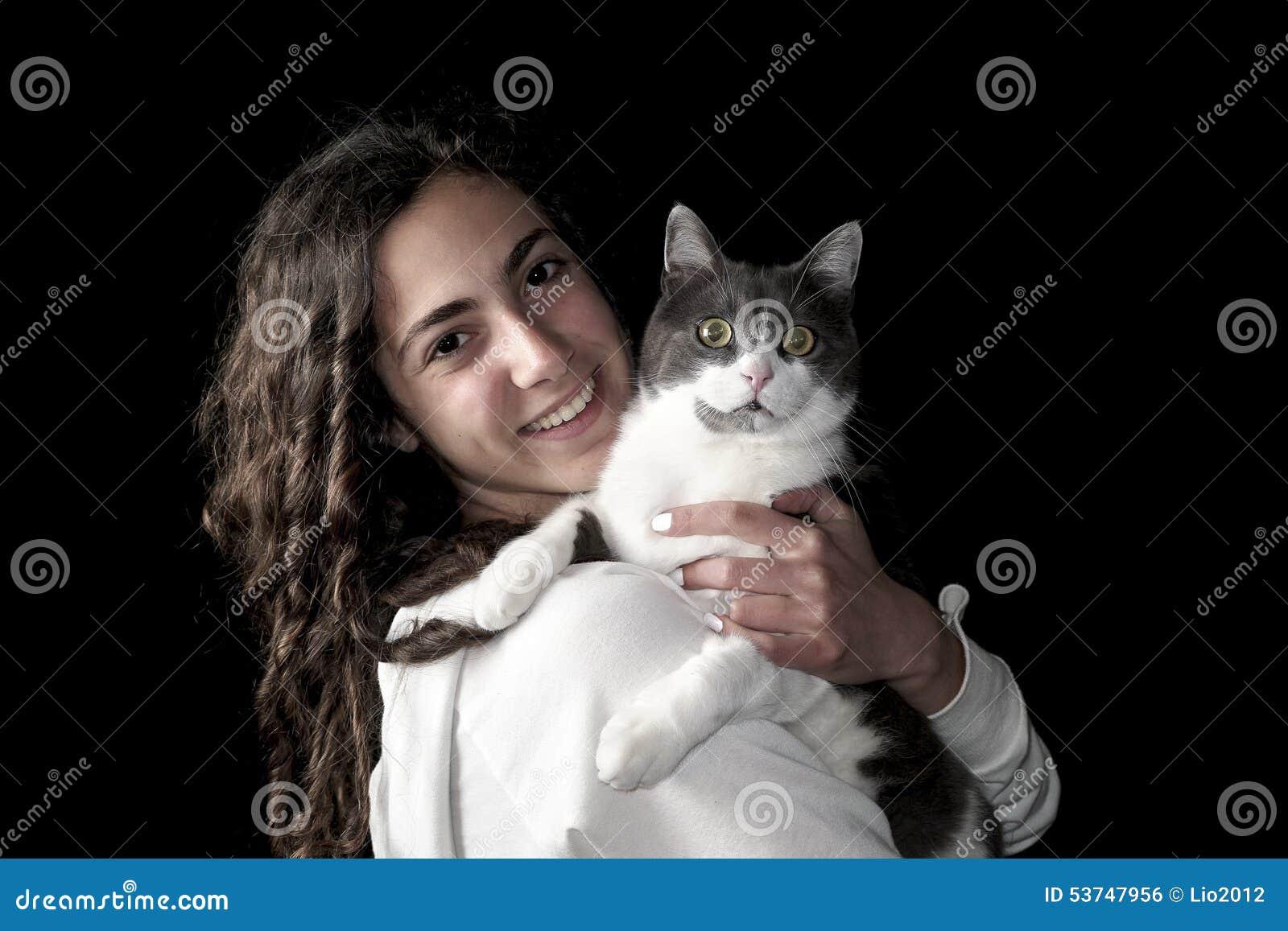 Νέο θηλυκό με τη γάτα