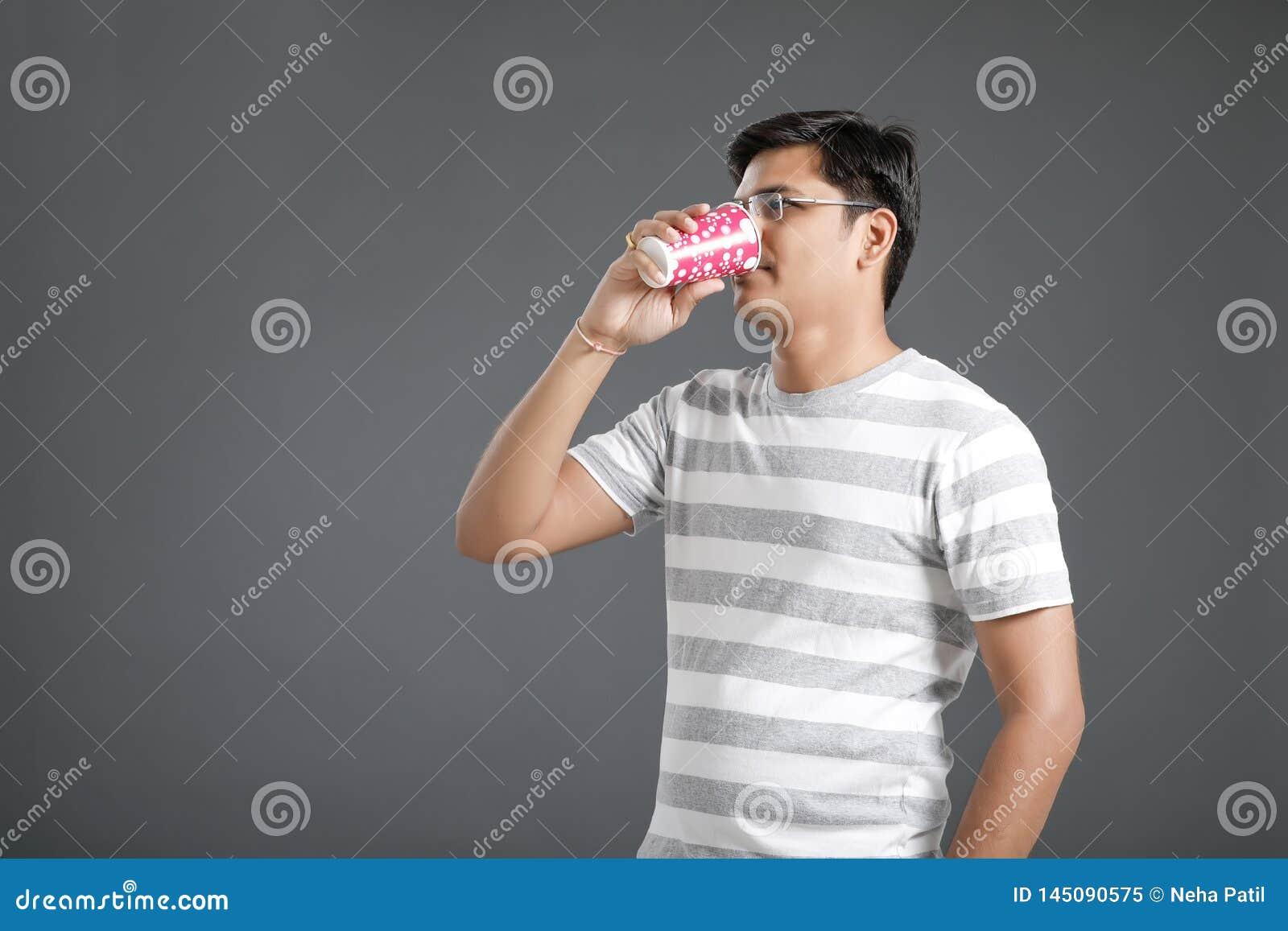 Νέο ινδικό άτομο που πίνει ένα νερό