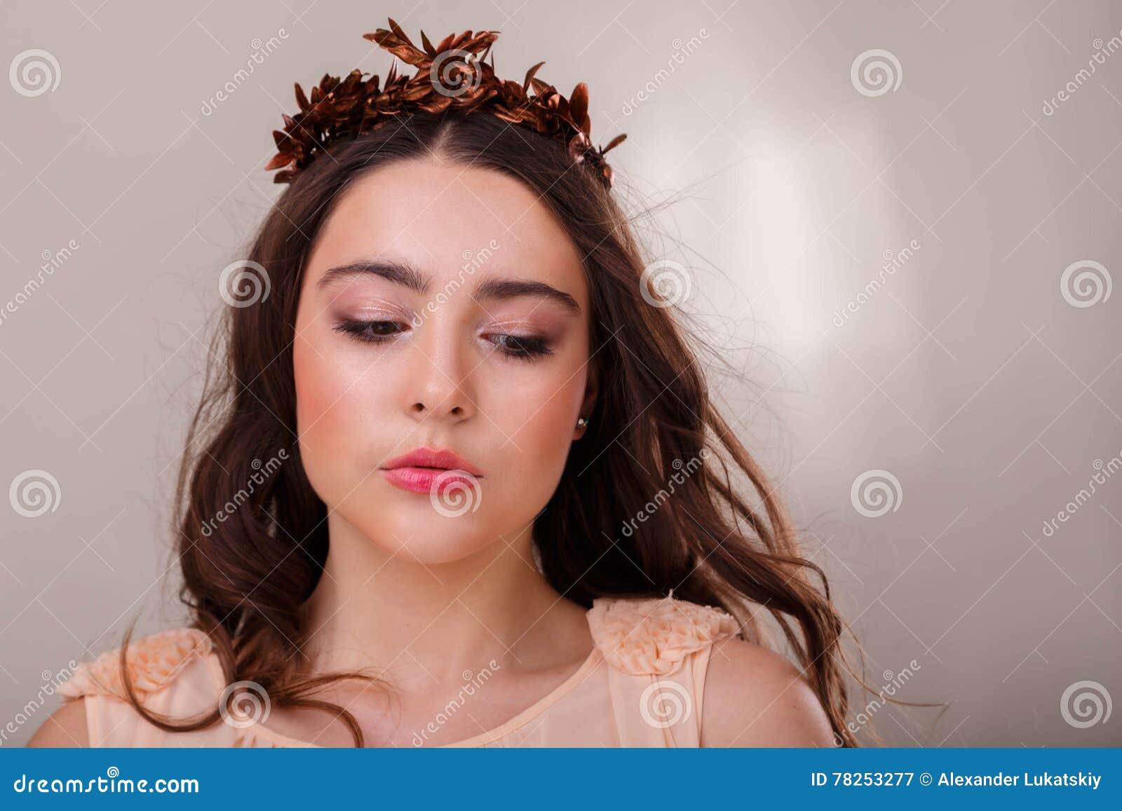 Νέο και όμορφο κορίτσι κατά τρόπο κομψό