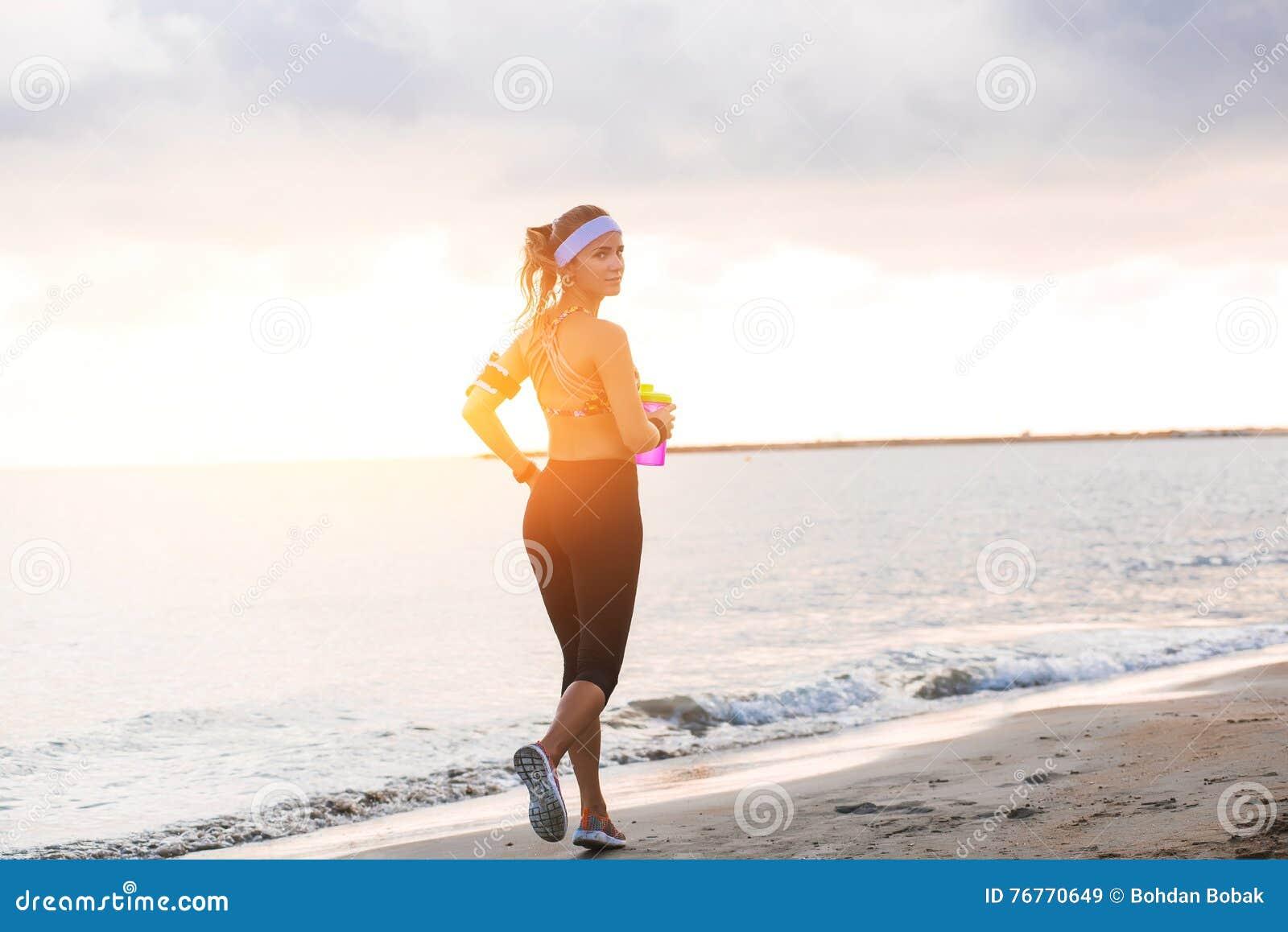 Νέο κατάλληλο τέντωμα κοριτσιών στην παραλία στην ανατολή