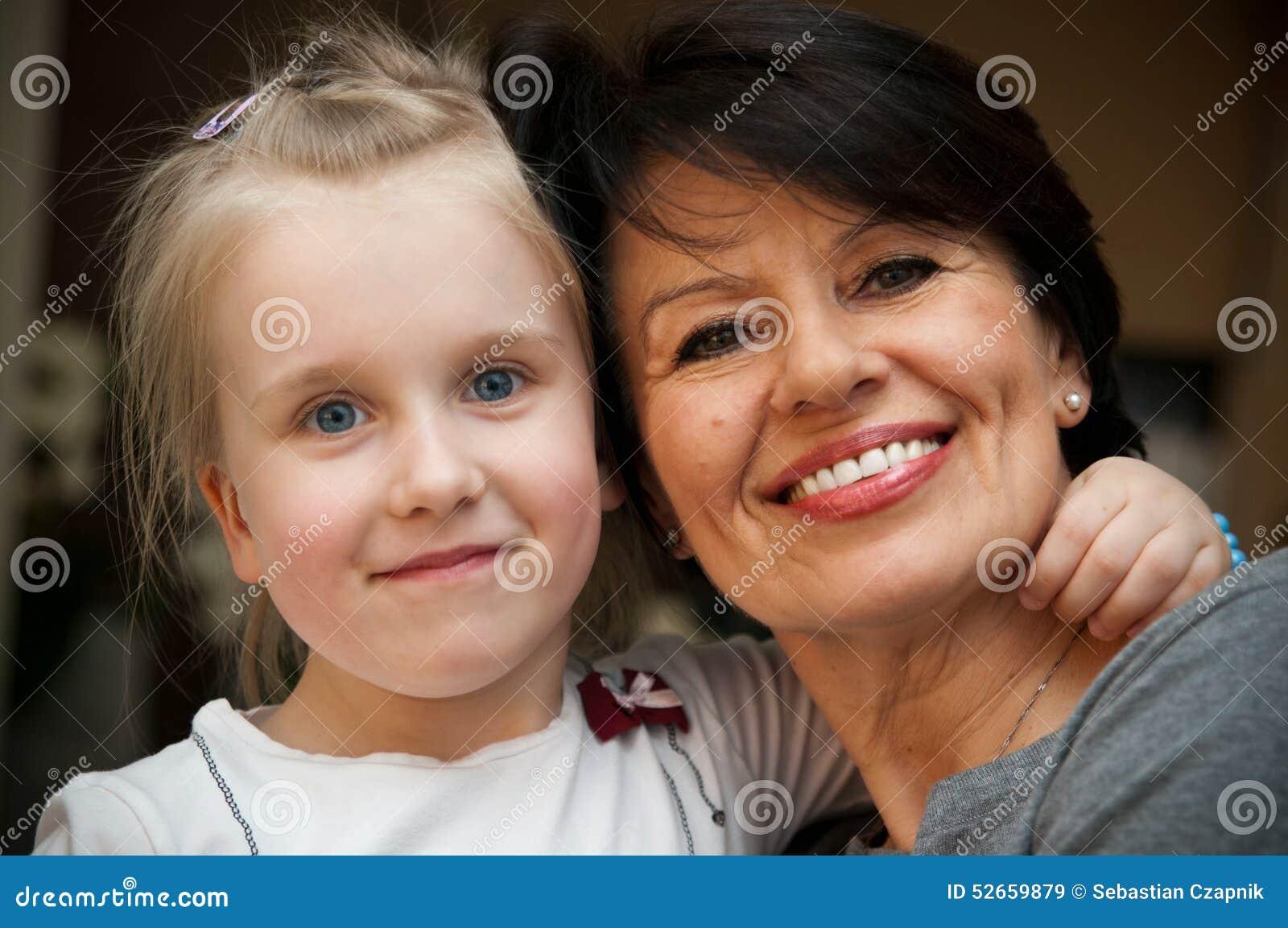 Νέο κορίτσι και γιαγιά