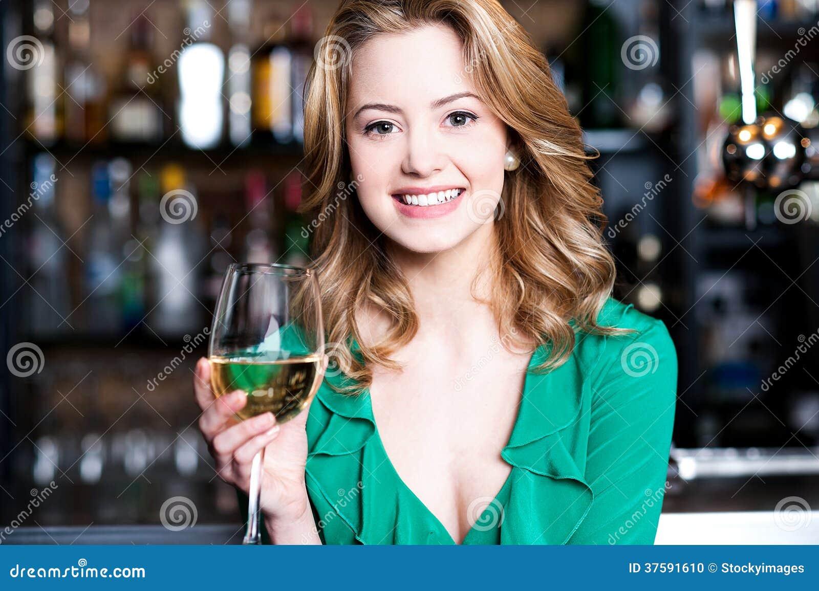 Νέο κορίτσι με ένα ποτήρι της σαμπάνιας