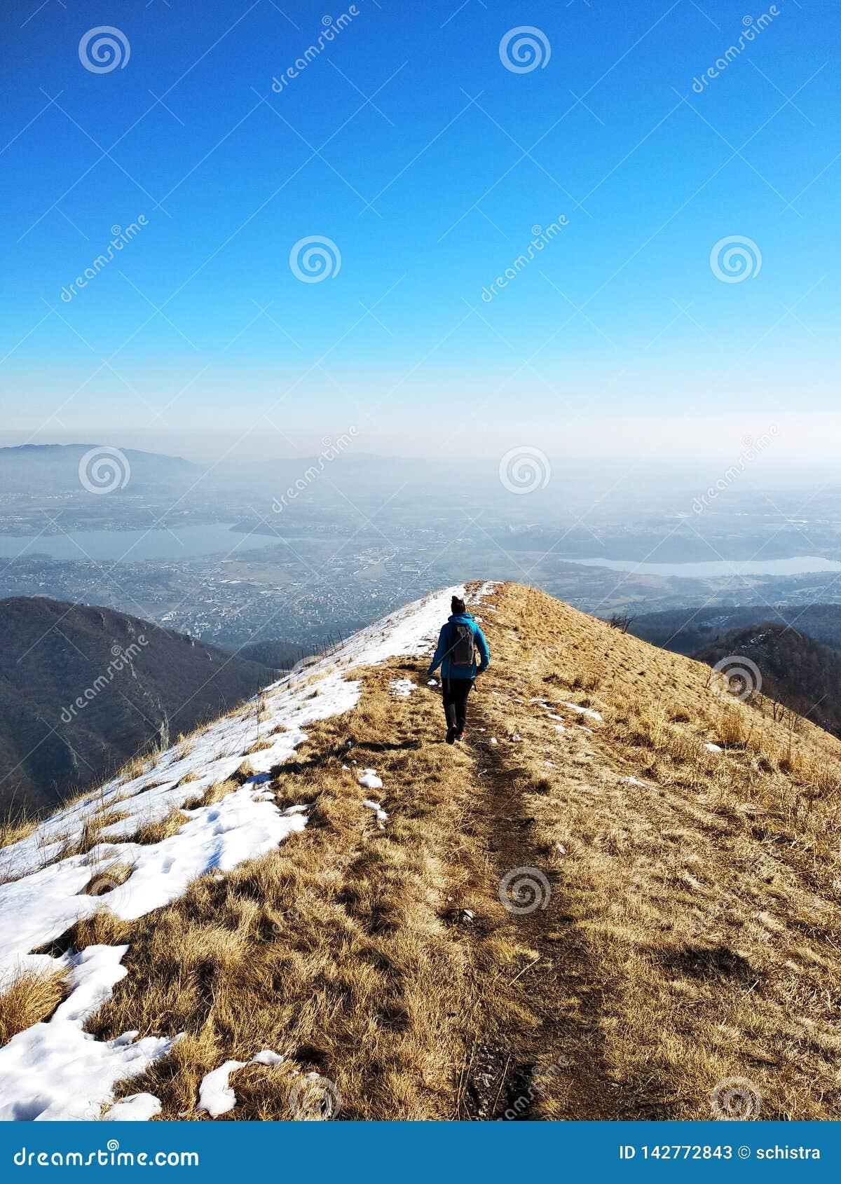 Νέο κορίτσι που πάνω από ένα βουνό που αγνοεί μια απόμακρη κοιλάδα, την αίσθηση της ελευθερίας, την ανεξαρτησία και την εμπιστοσύ