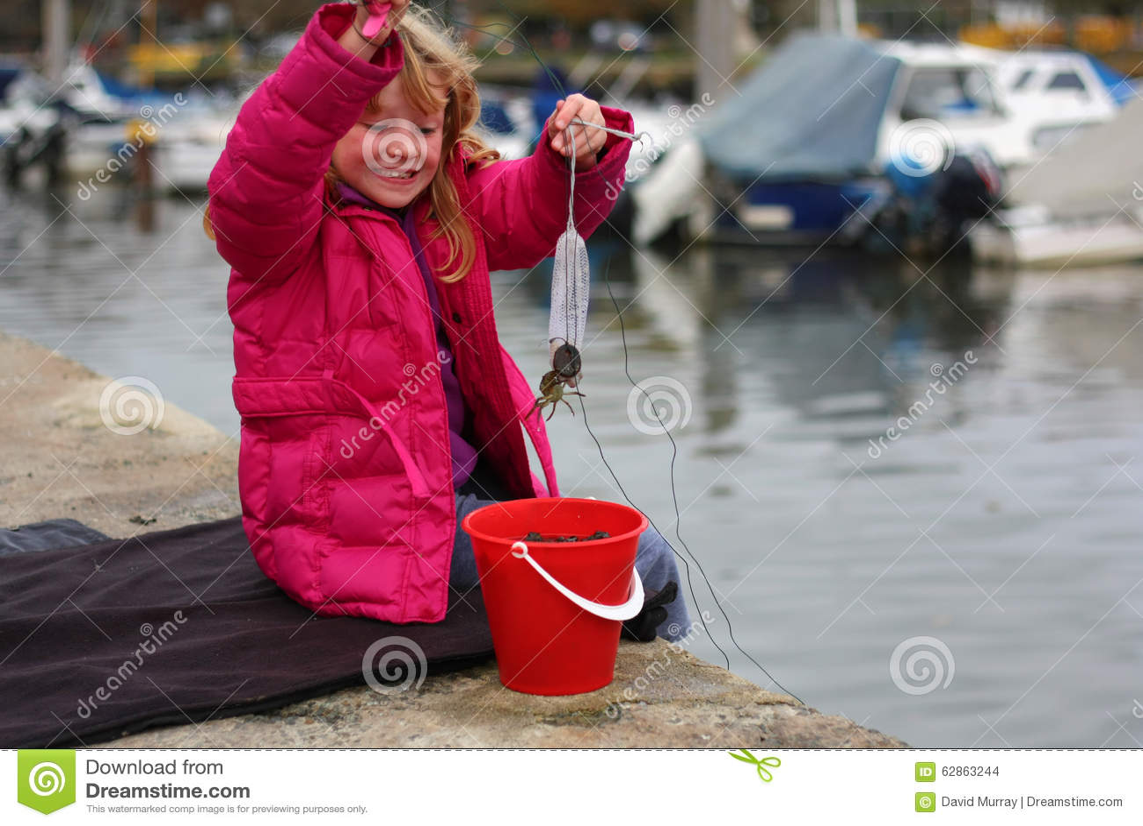 Νέο κορίτσι που πιάνει τα καβούρια στις διακοπές