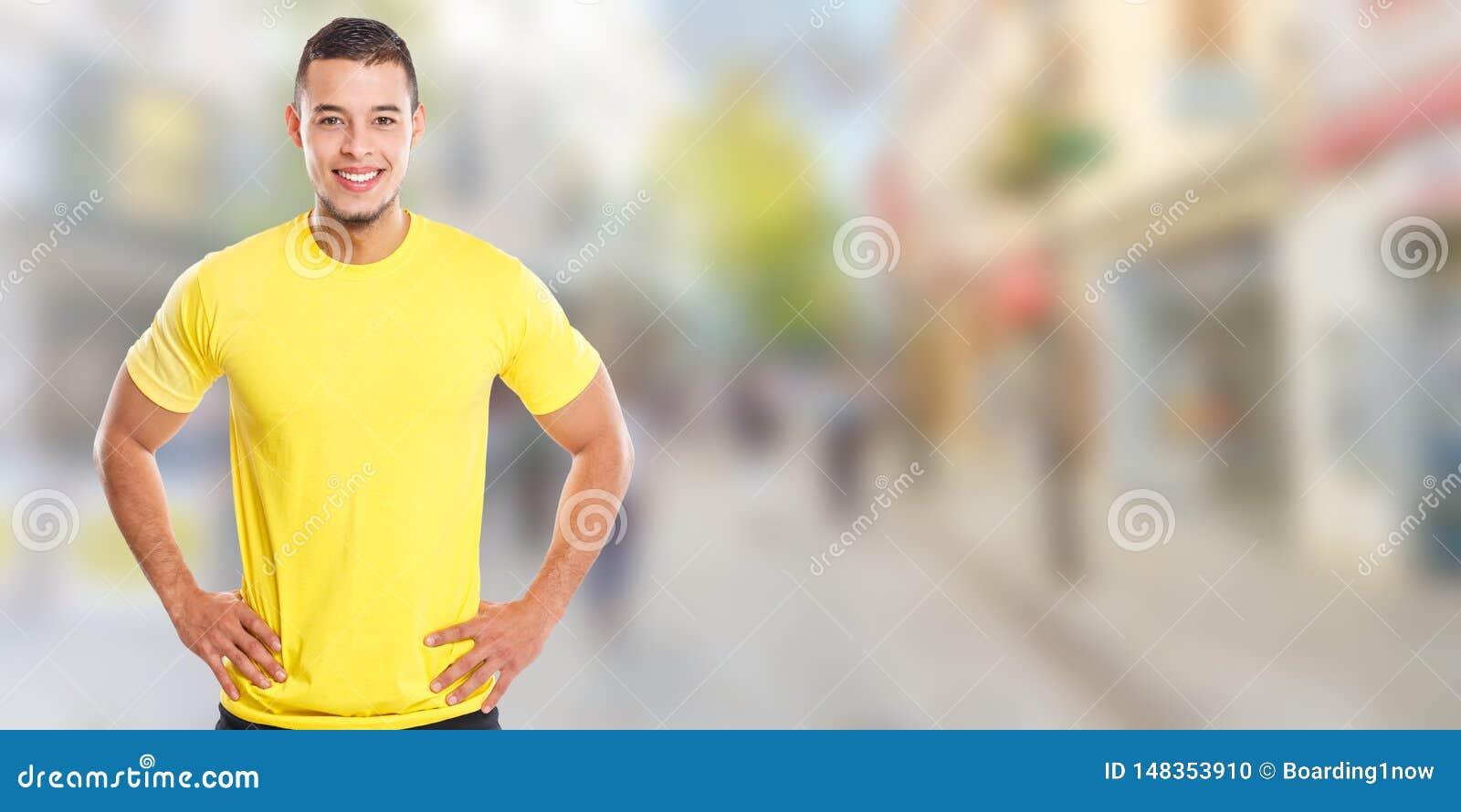 Νέο λατινικό άτομο που χαμογελά το ευτυχές διάστημα αντιγράφων πόλης εμβλημάτων ανθρώπων copyspace