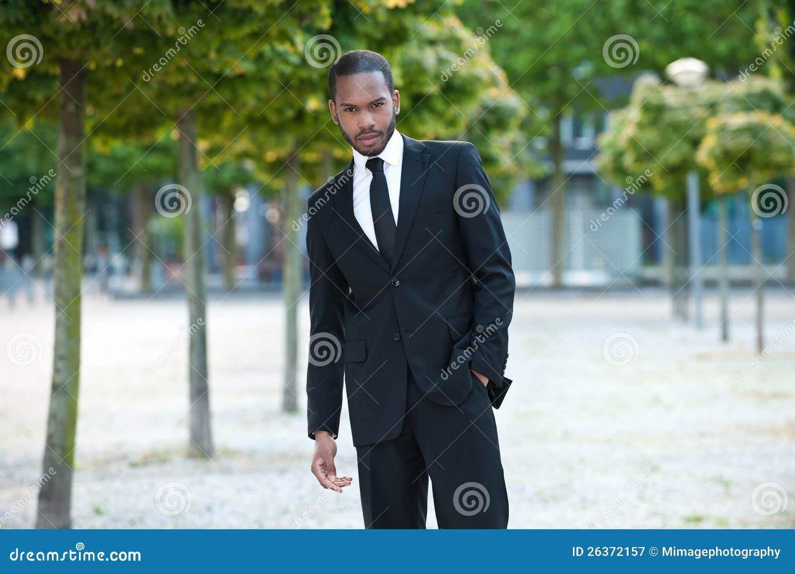 Νέο μαύρο αρσενικό σε ένα κοστούμι έξω