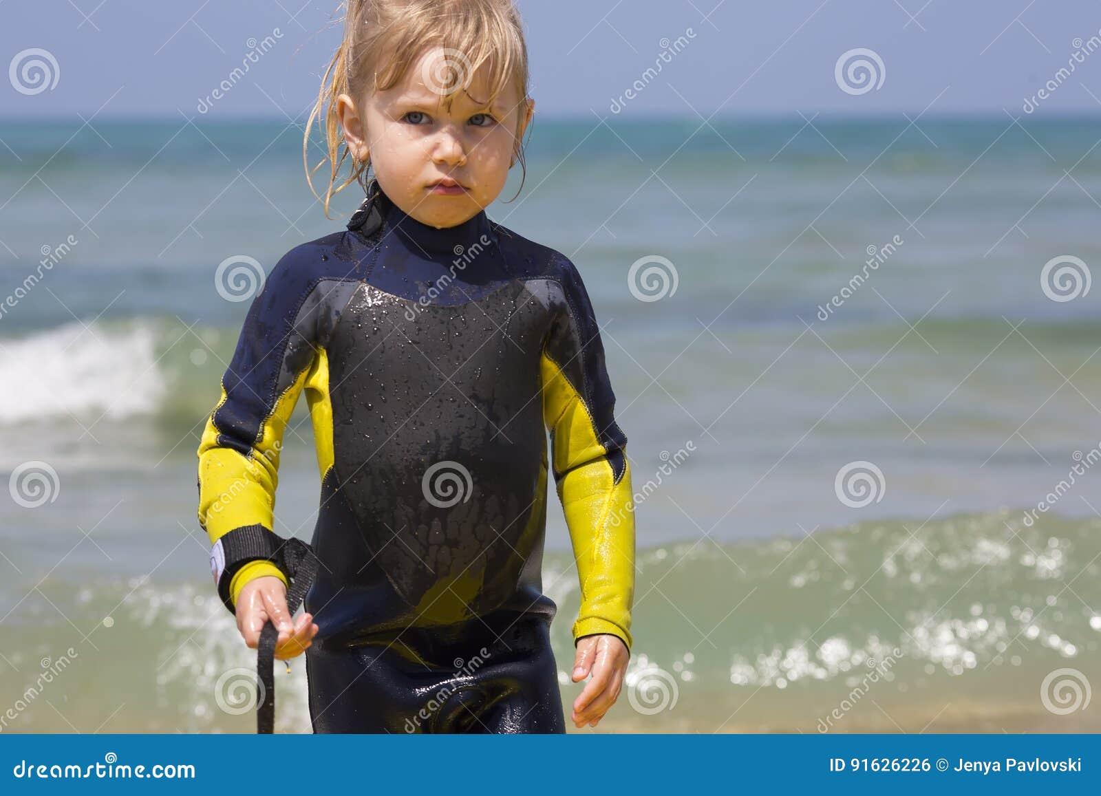 Νέο μικρό κορίτσι surfer