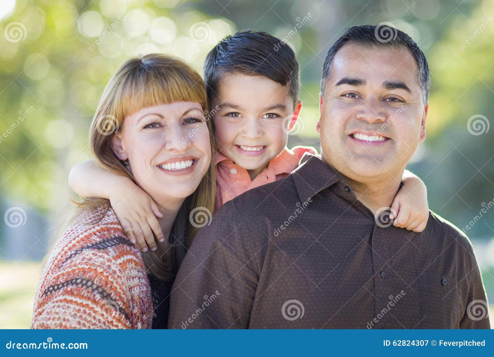 Νέο μικτό οικογενειακό πορτρέτο φυλών υπαίθρια