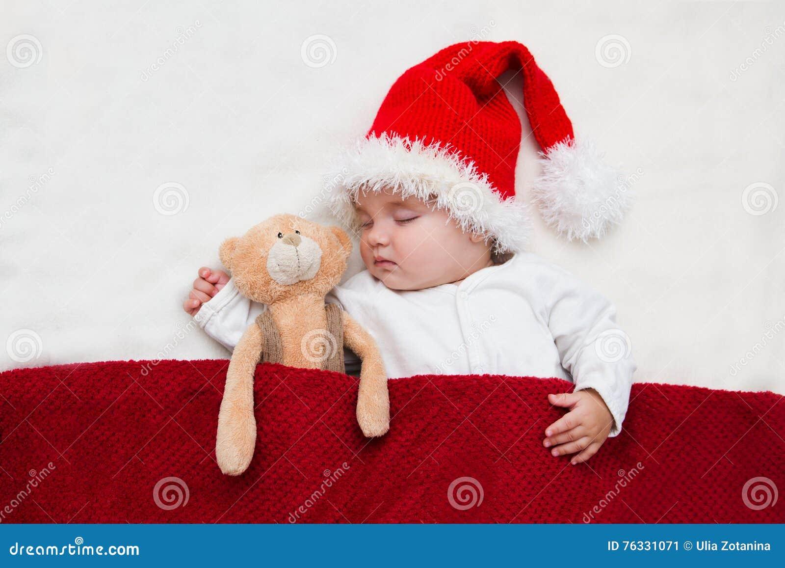Νέο μωρό σε ένα καπέλο Άγιου Βασίλη