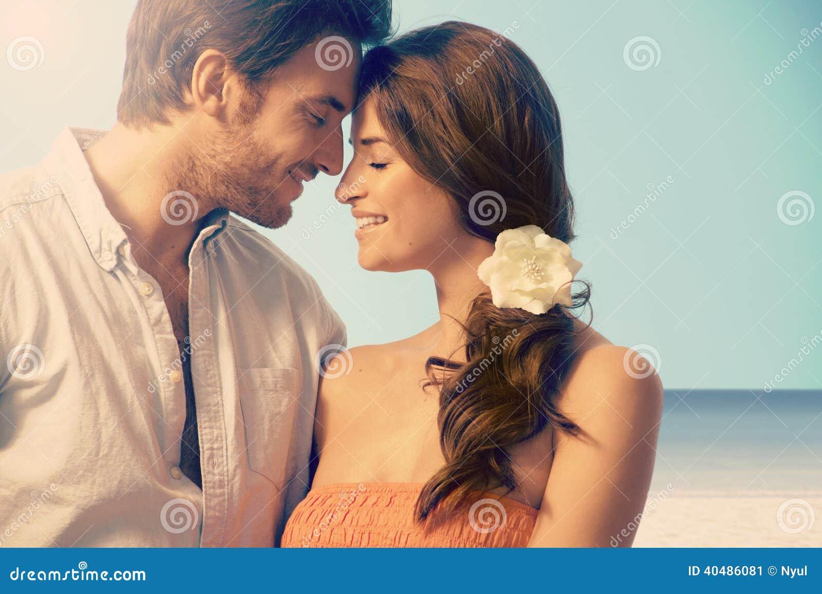 Νέο παντρεμένο ζευγάρι που έχει μια ρομαντική στιγμή