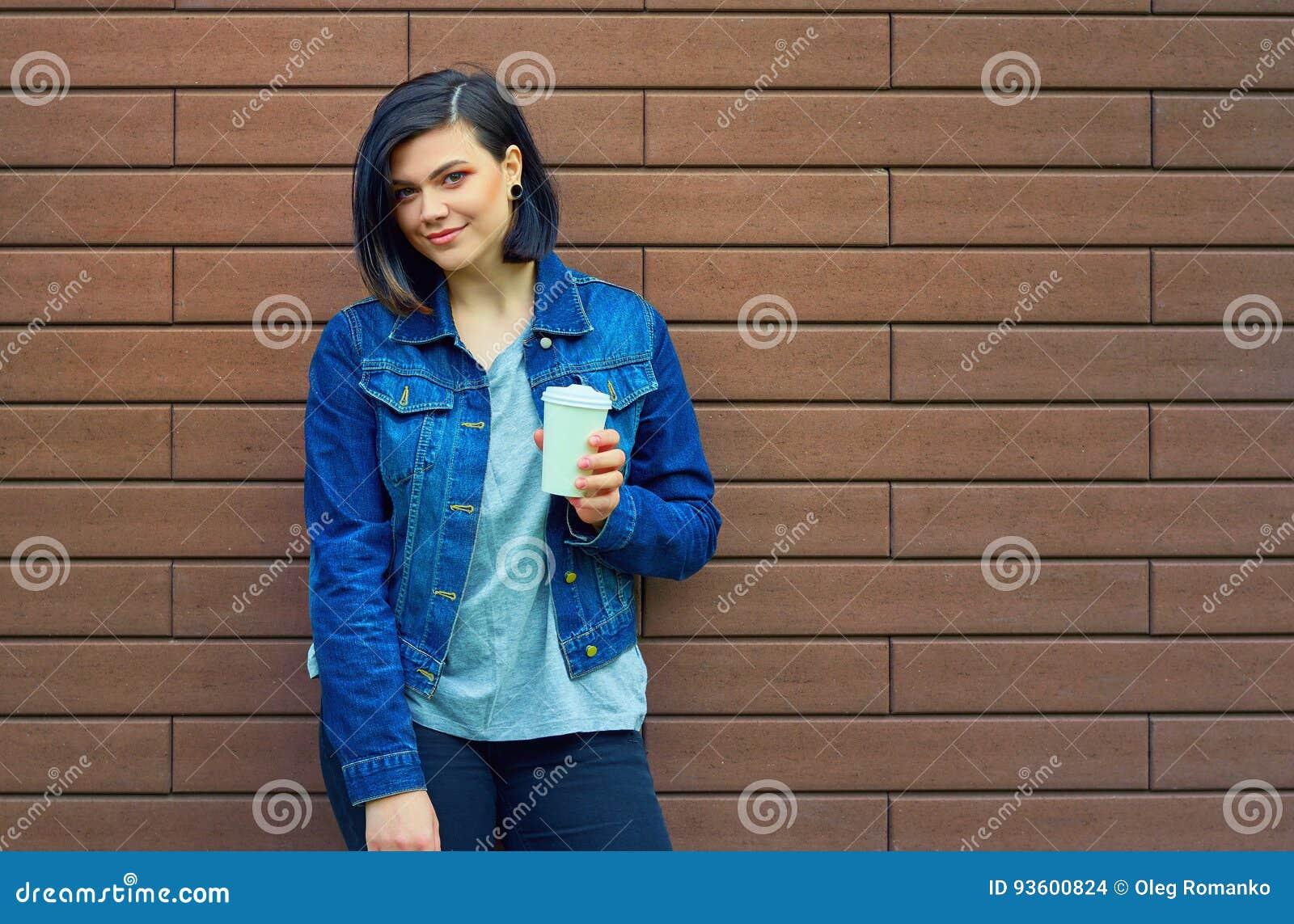 ed45078f02 Νέο σακάκι τζιν παντελόνι γυναικών με ένα φλιτζάνι του καφέ Στοκ ...