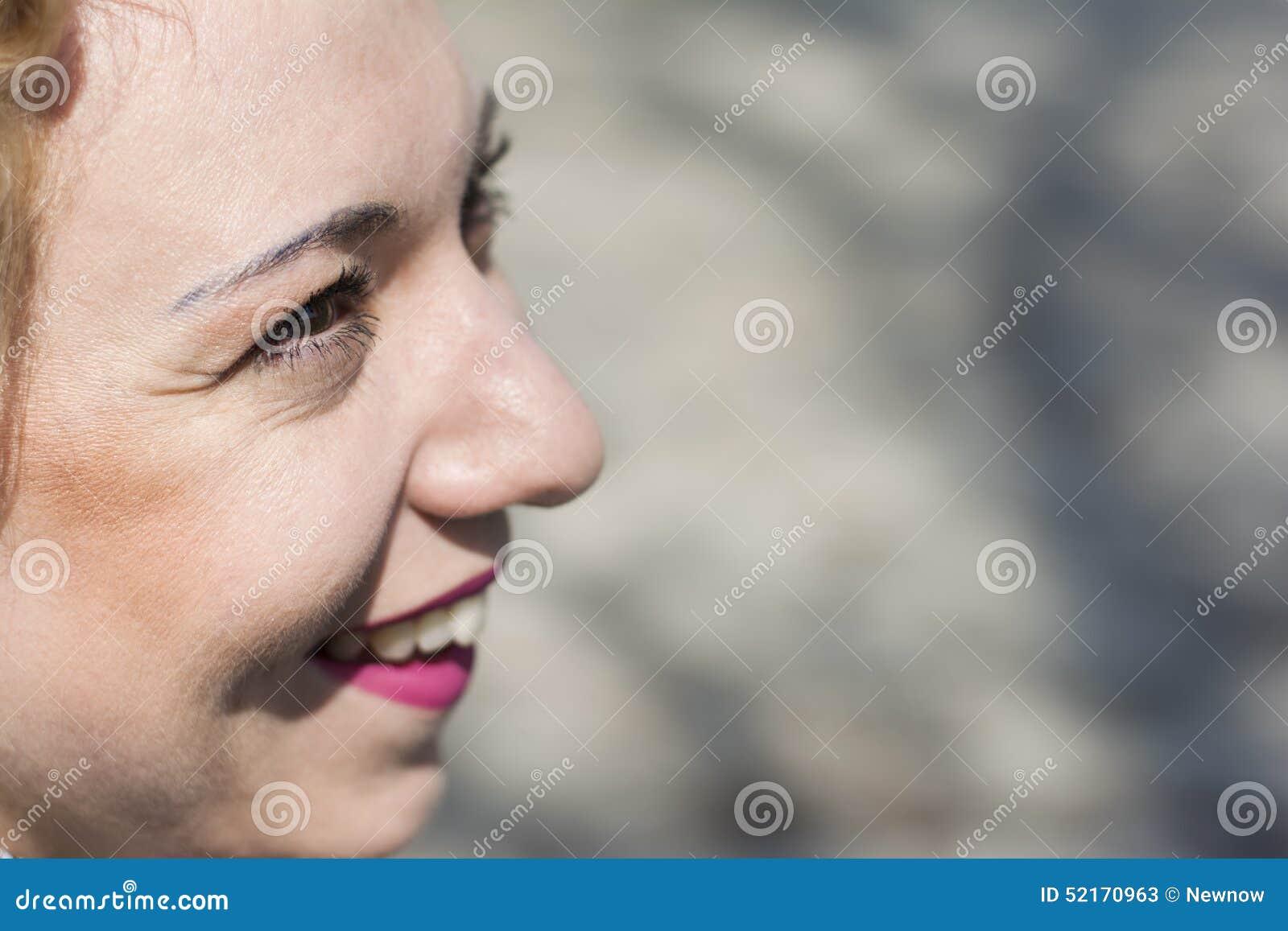 Νέο σγουρό ξανθό χαμόγελο γυναικών