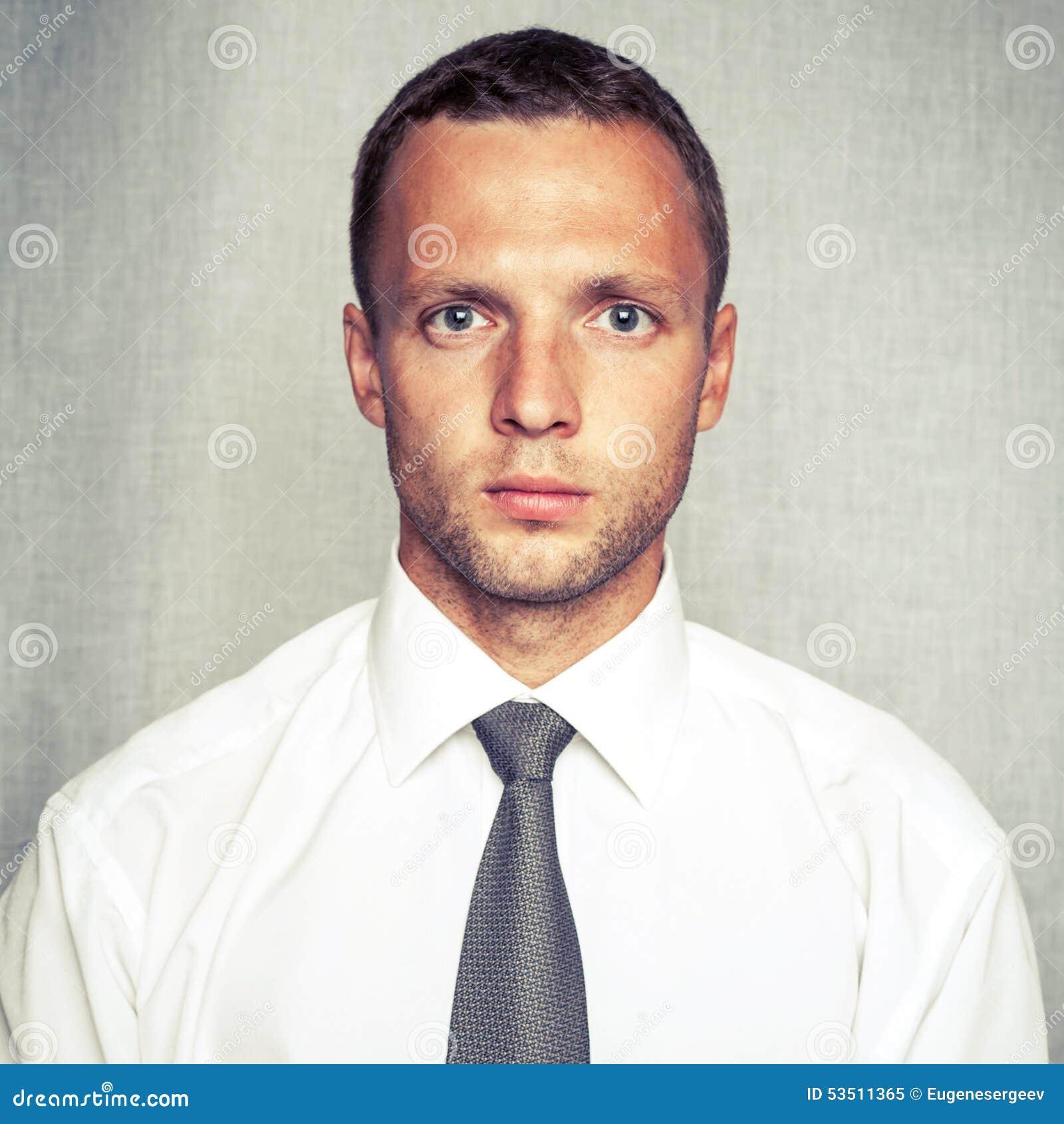 505731964919 Νέο σοβαρό άτομο στο άσπρο πουκάμισο με το δεσμό Στοκ Εικόνα ...