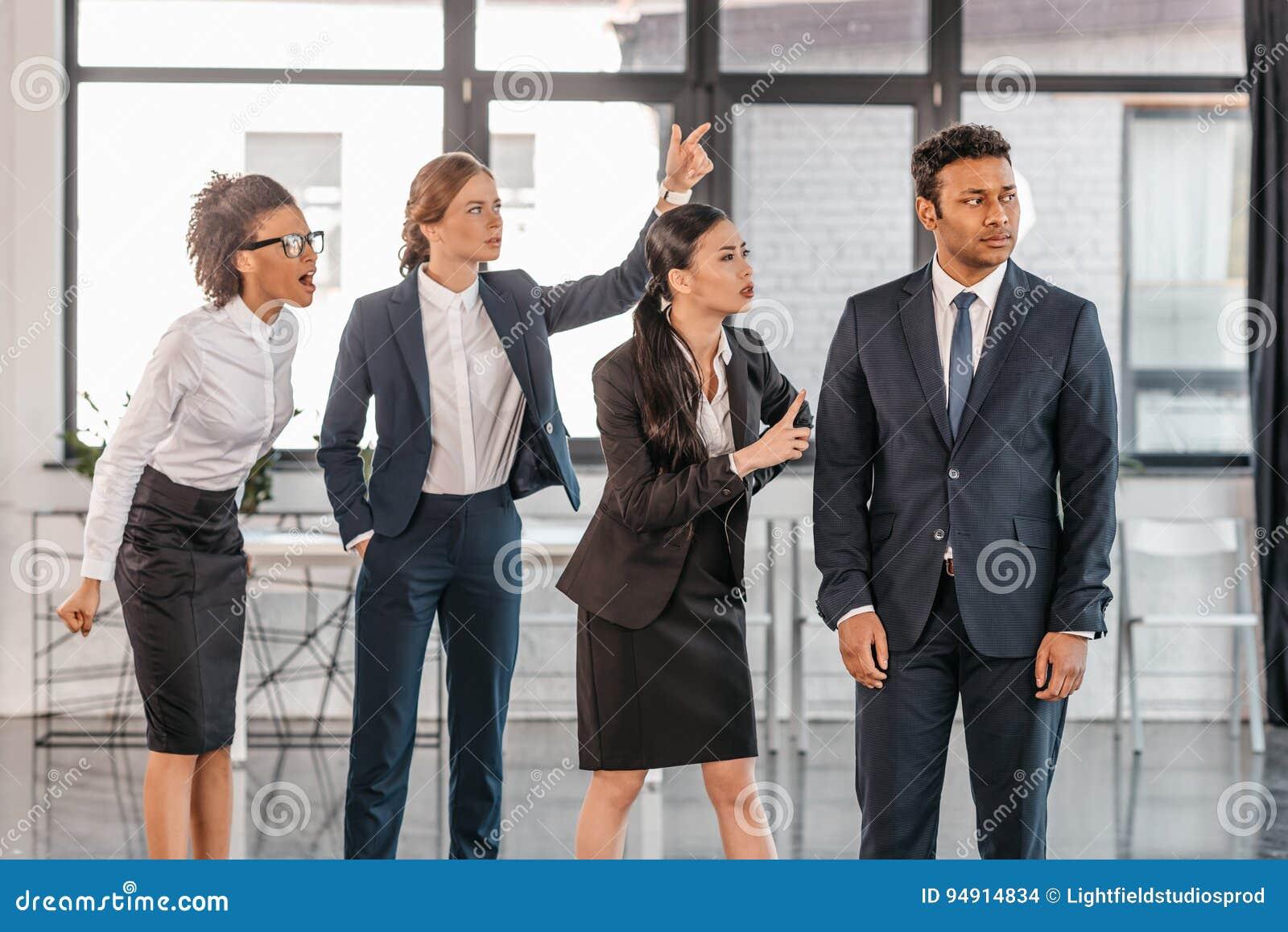 Νέο συναισθηματικό businesspeople στο formalwear διαπληκτισμό στο σύγχρονο γραφείο
