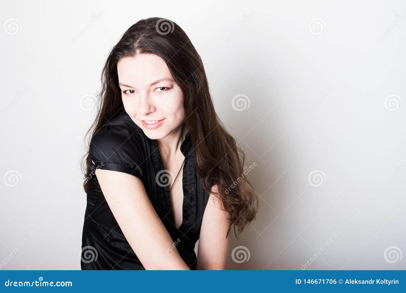Νέο φιλικό χαμόγελο brunette Πορτρέτο μιας νέας βέβαιας γυναίκας,