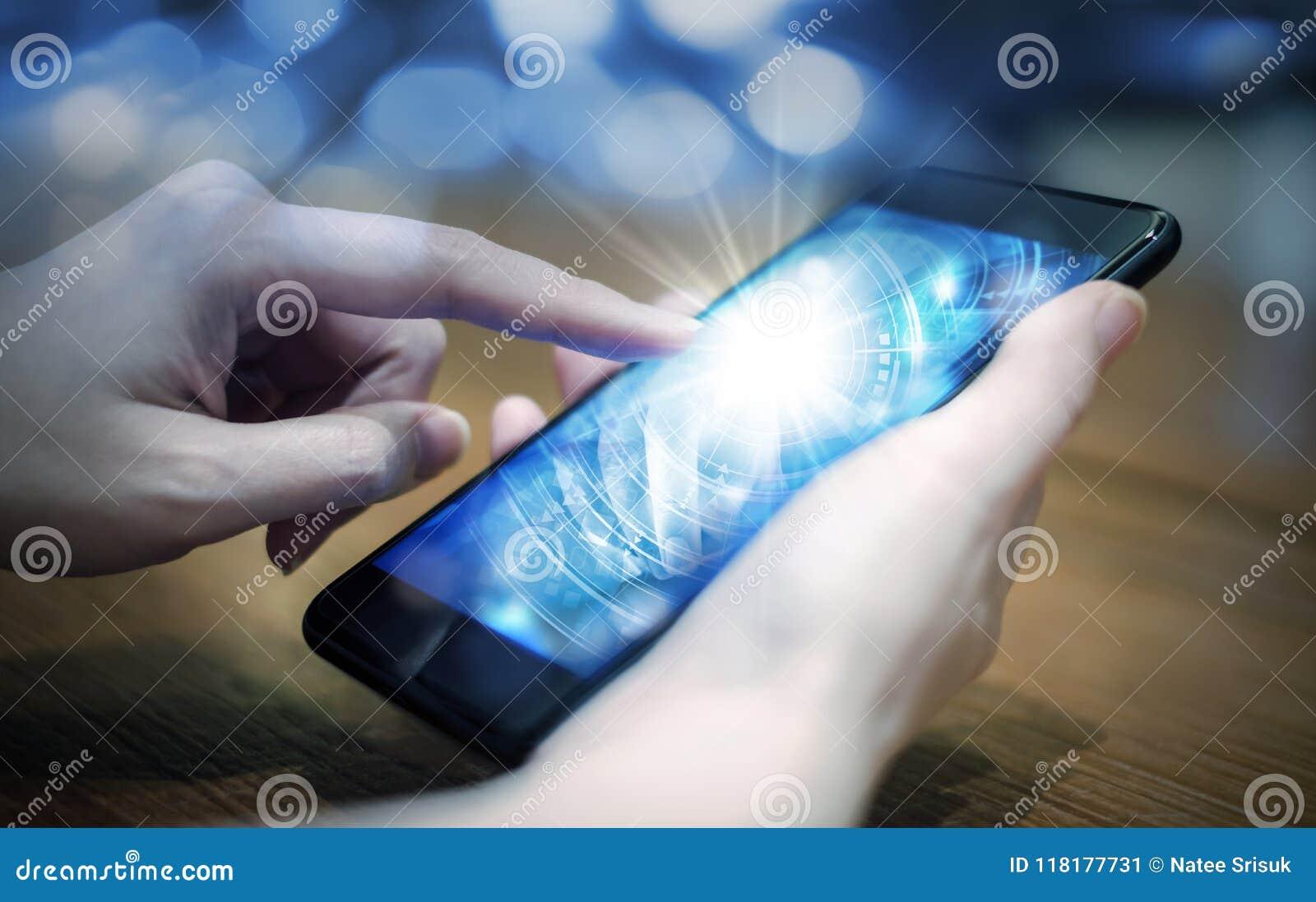 Νέο χέρι γυναικών σχετικά με την ψηφιακή τεχνολογία στο κινητό τηλέφωνο