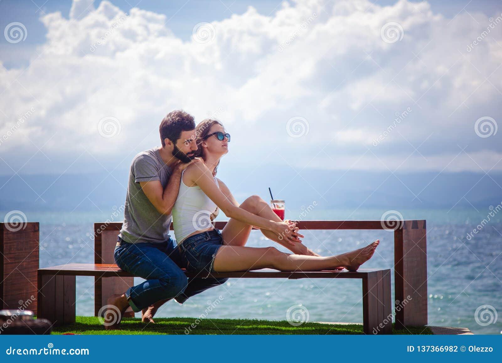 Νέο όμορφο ζεύγος ερωτευμένο στην τροπική θάλασσα στον καφέ παραλιών,