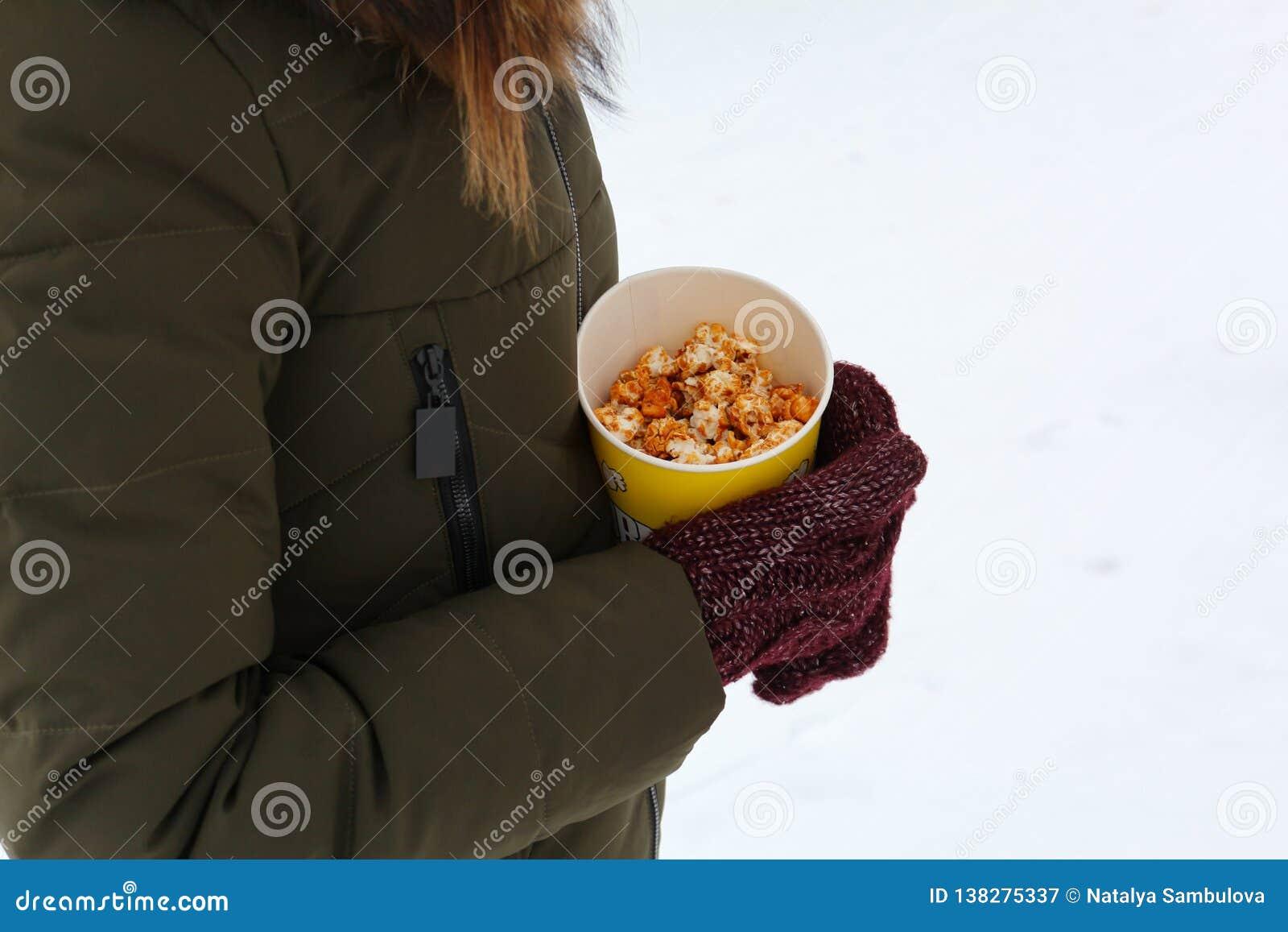 Νέο popcorn εκμετάλλευσης γυναικών το χειμώνα, στα γάντια