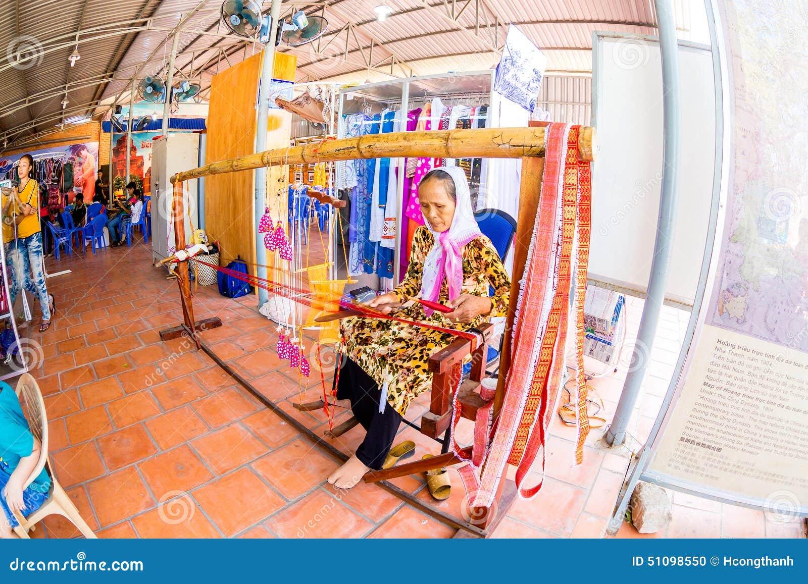 ΝΑΌΣ CHAM, PHANRANG, ΒΙΕΤΝΆΜ - 20 Φεβρουαρίου 2015 - μια εθνική γυναίκα που υφαίνει το διακοσμητικό μαντίλι με την παραδοσιακή ξύ