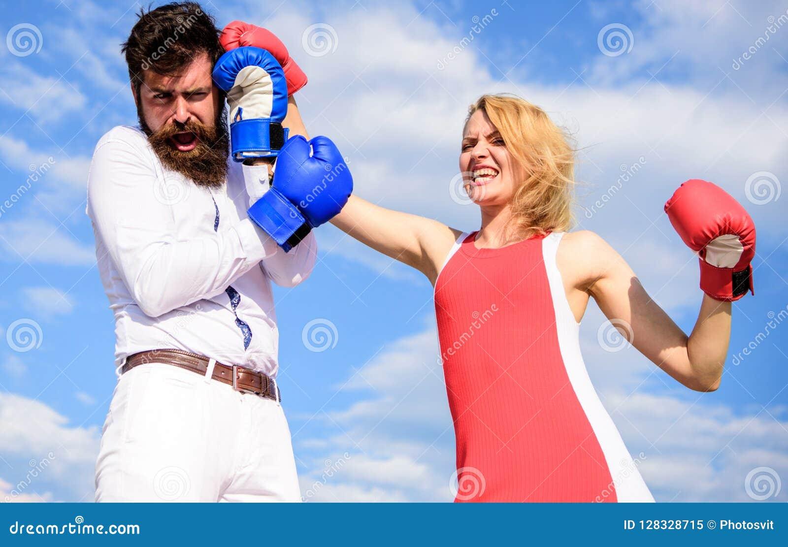 Να είστε έτοιμος υπερασπίζει την άποψη σημείου σας Ερωτευμένη πάλη ζεύγους Υπερασπίστε την άποψή σας στην αντιμετώπιση Πάλη ανδρώ
