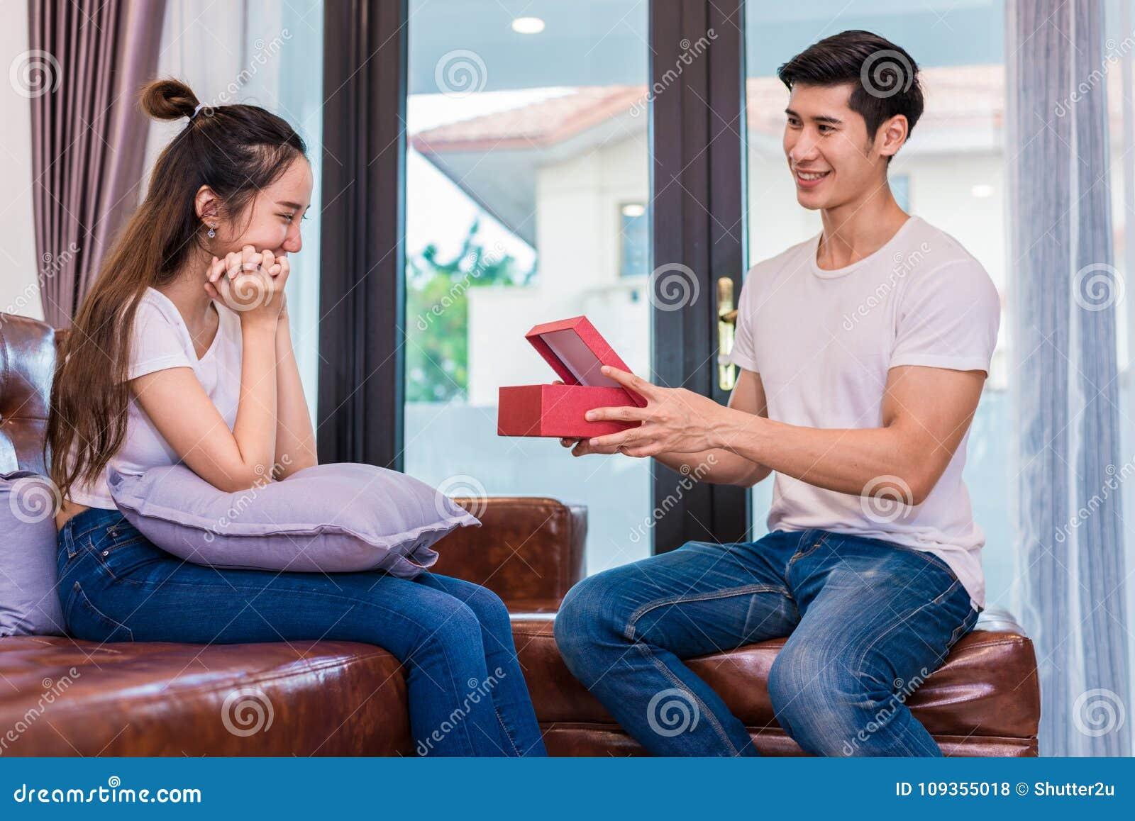 Να εκπλήξει φίλων φίλη με το παρόν Γυναίκα έκπληκτη wh