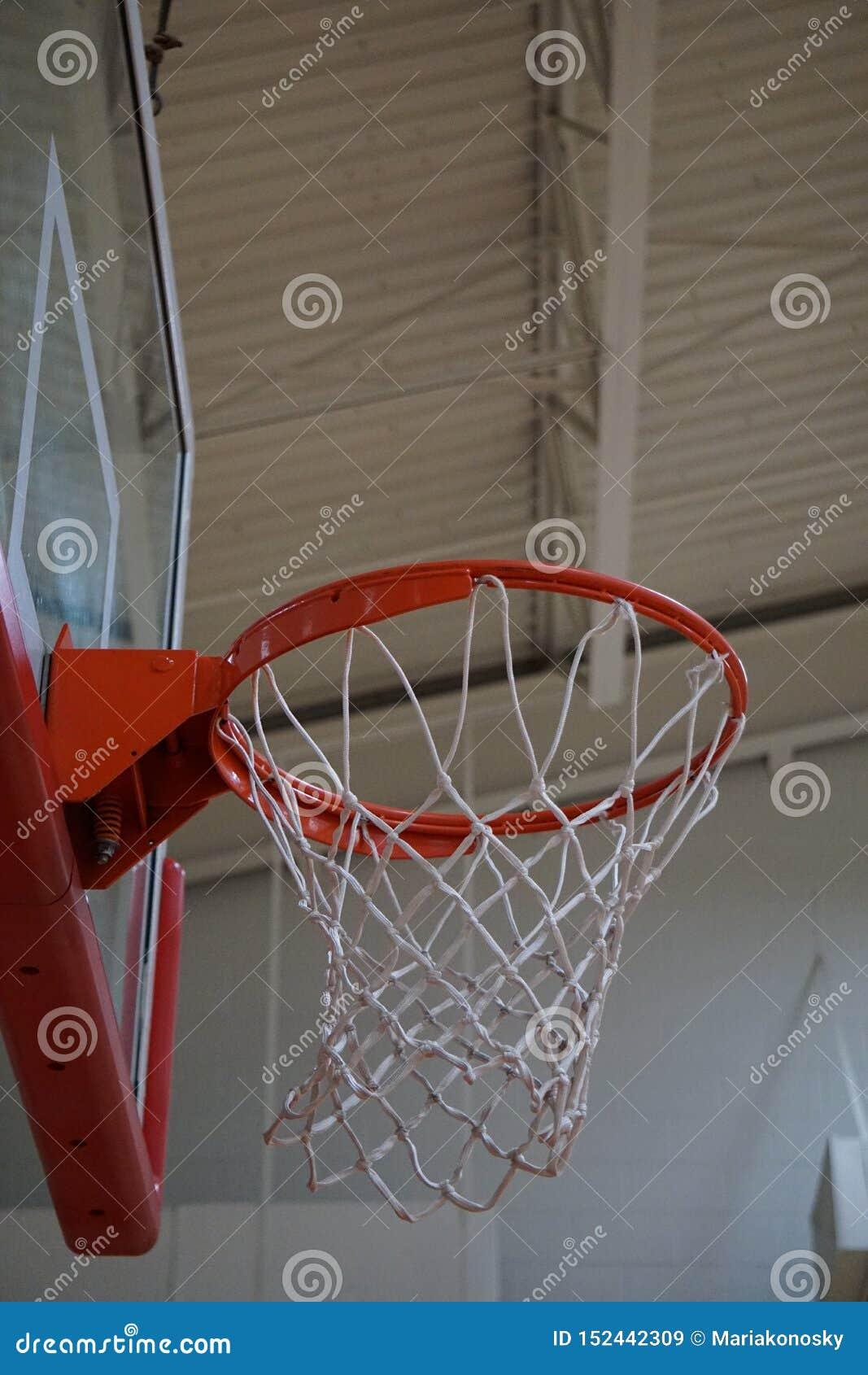 Να εξετάσει επάνω τη στεφάνη καλαθοσφαίρισης