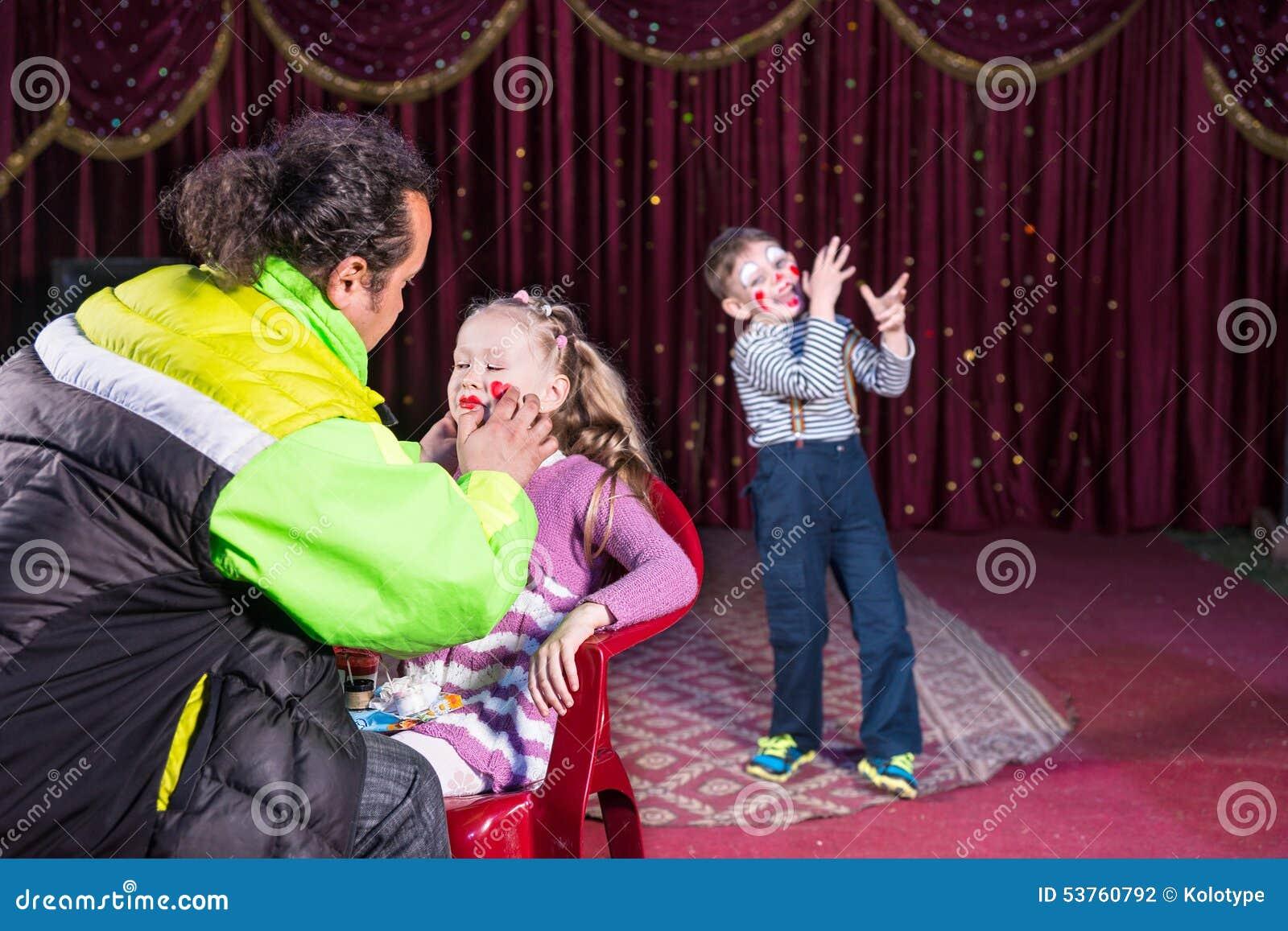 Να ισχύσει ατόμων αποτελεί στο πρόσωπο του κοριτσιού στη σκηνή