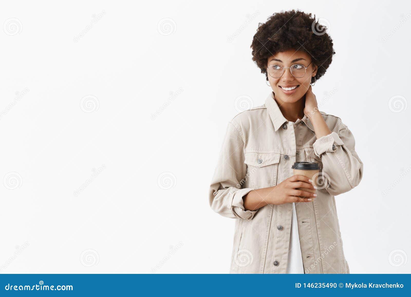 Να πάρει έτοιμος να αρχίσει παραγωγικά μετά από το μεγάλο ενεργητικό καφέ Ντροπαλός εργαζόμενος γραφείων θηλυκών αφροαμερικάνων μ