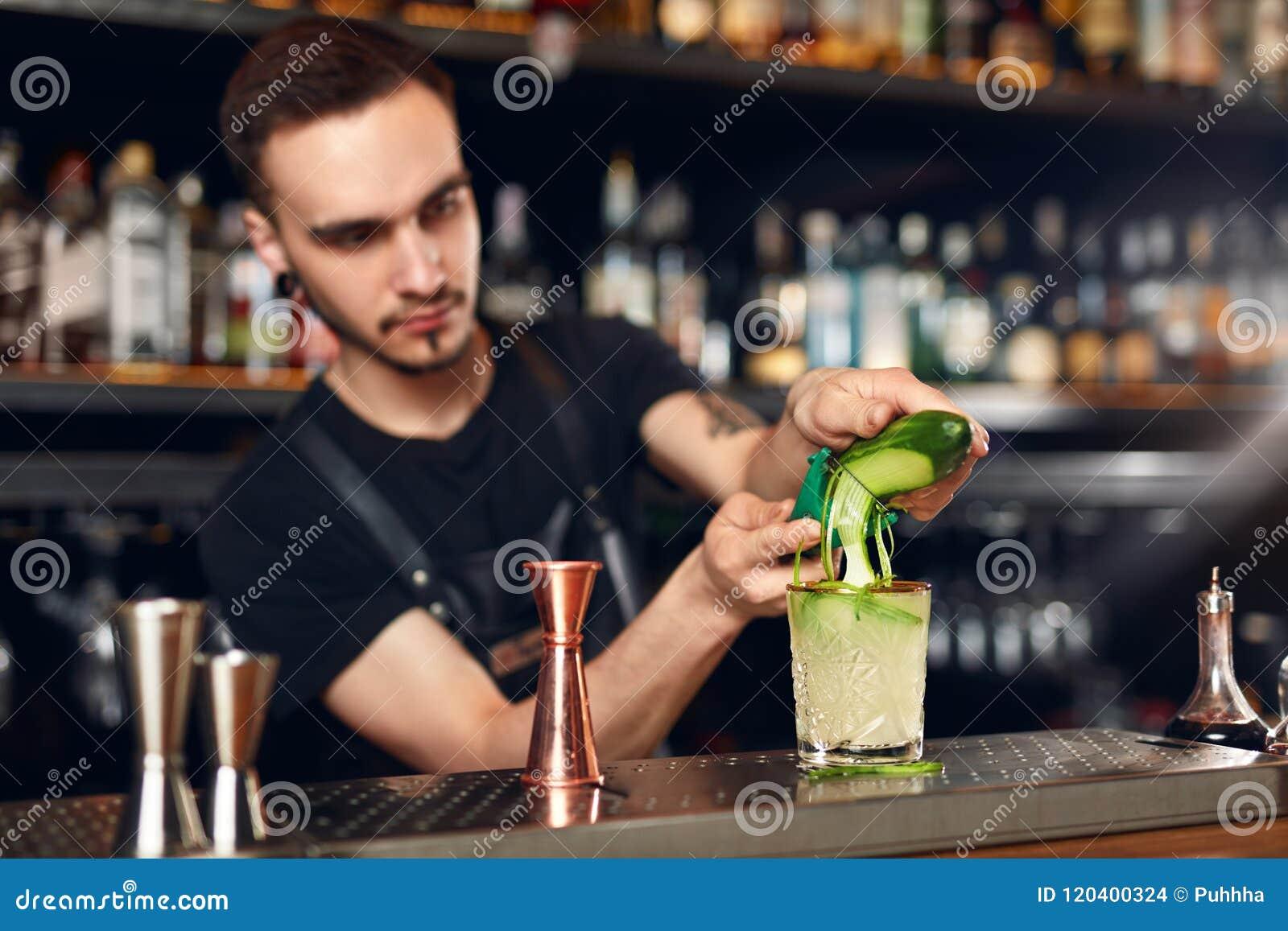 να προετοιμαστεί κοκτέιλ Bartender που κατασκευάζει το κοκτέιλ στο φραγμό
