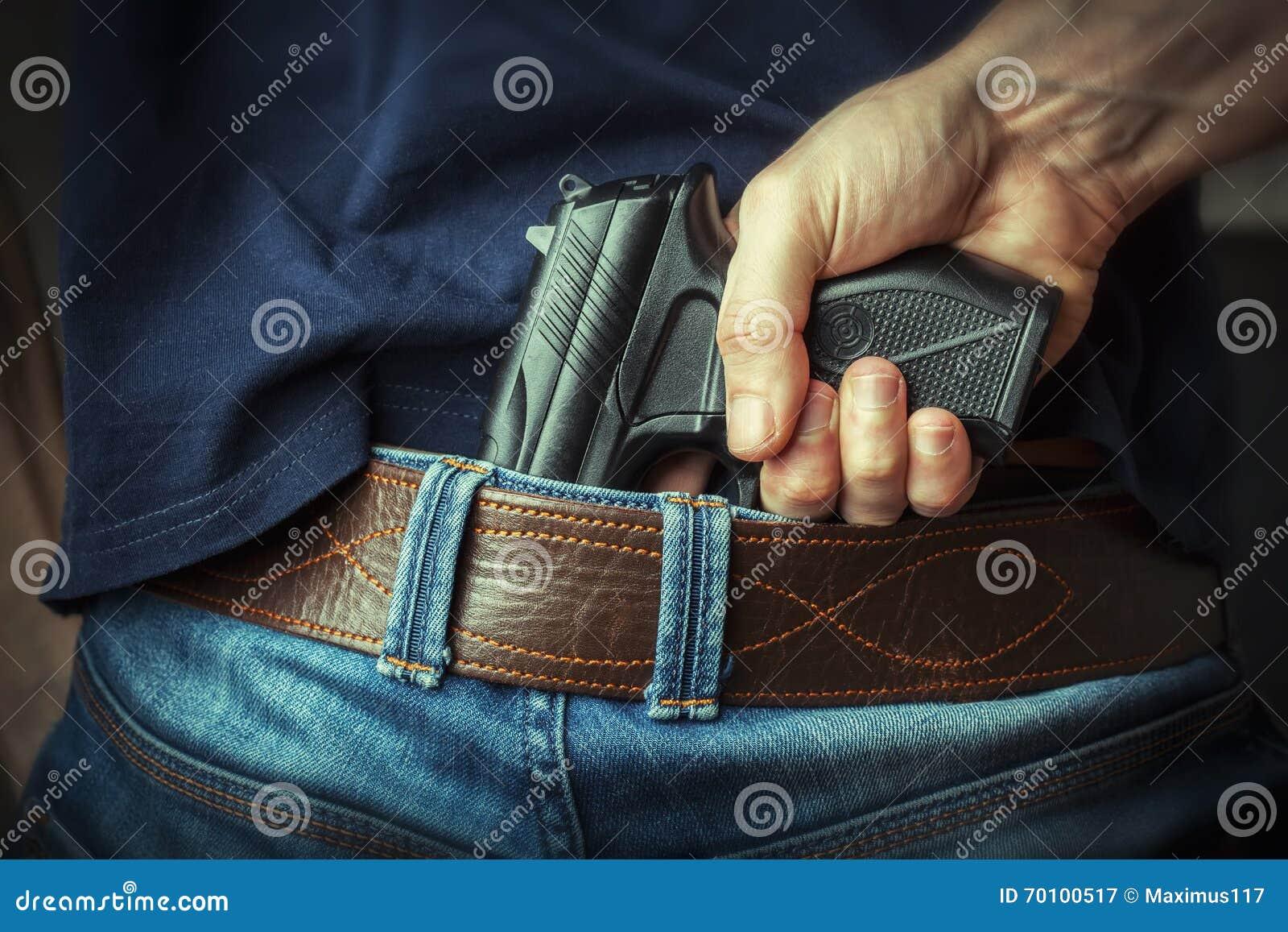 να στοχεύσει το χέρι πυροβόλων όπλων beretta απομόνωσε το έτοιμο ύφος βλαστών στο λευκό όπλων