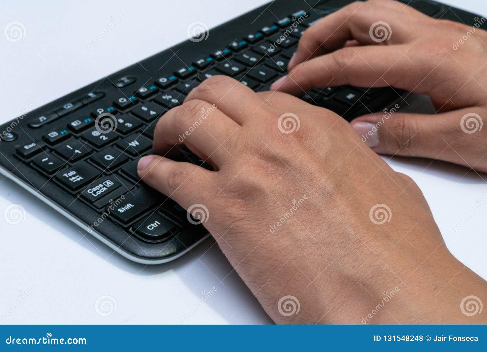 Να συνεργαστεί στο σπίτι με τα άτομα lap-top που γράφουν ένα blog Δακτυλογράφηση σε ένα πληκτρολόγιο Προγραμματιστής ή χάκερ υπολ