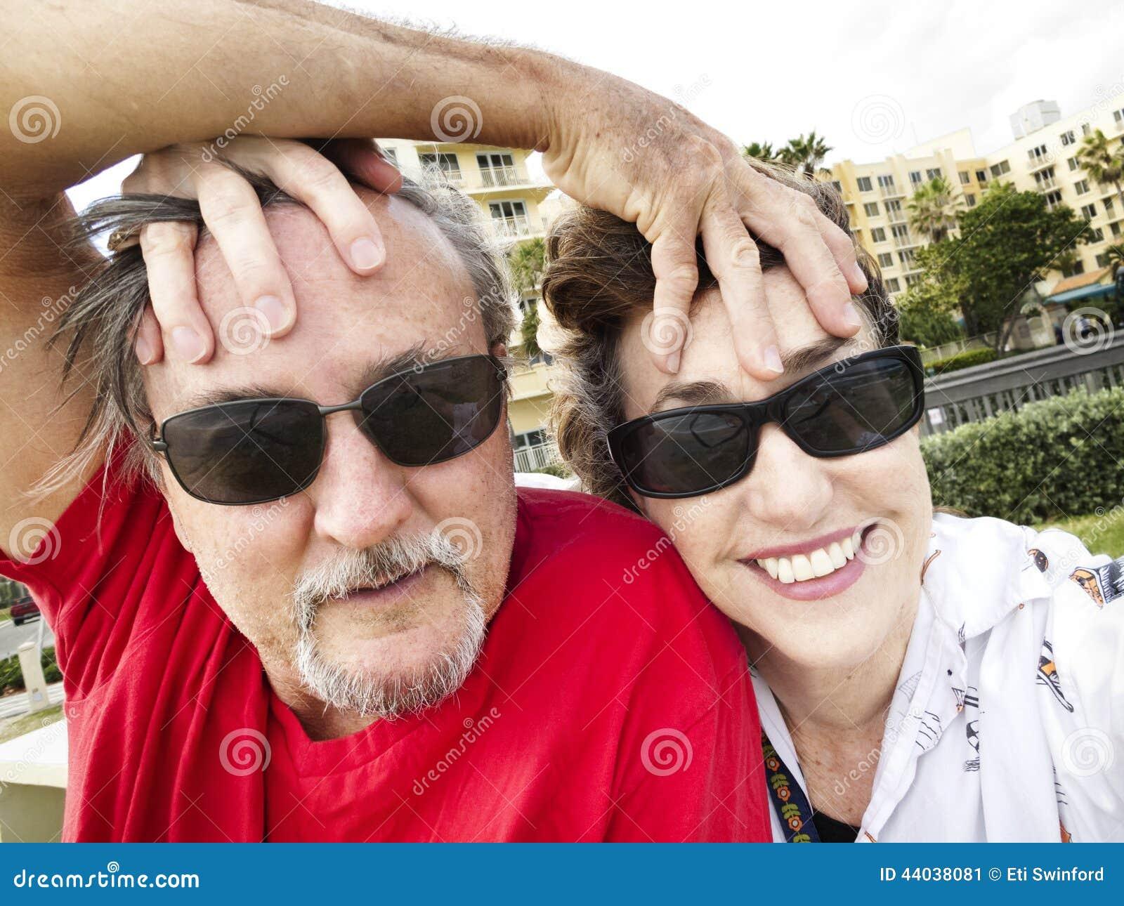 Νεανικό μέσο ηλικίας ζεύγος selfie