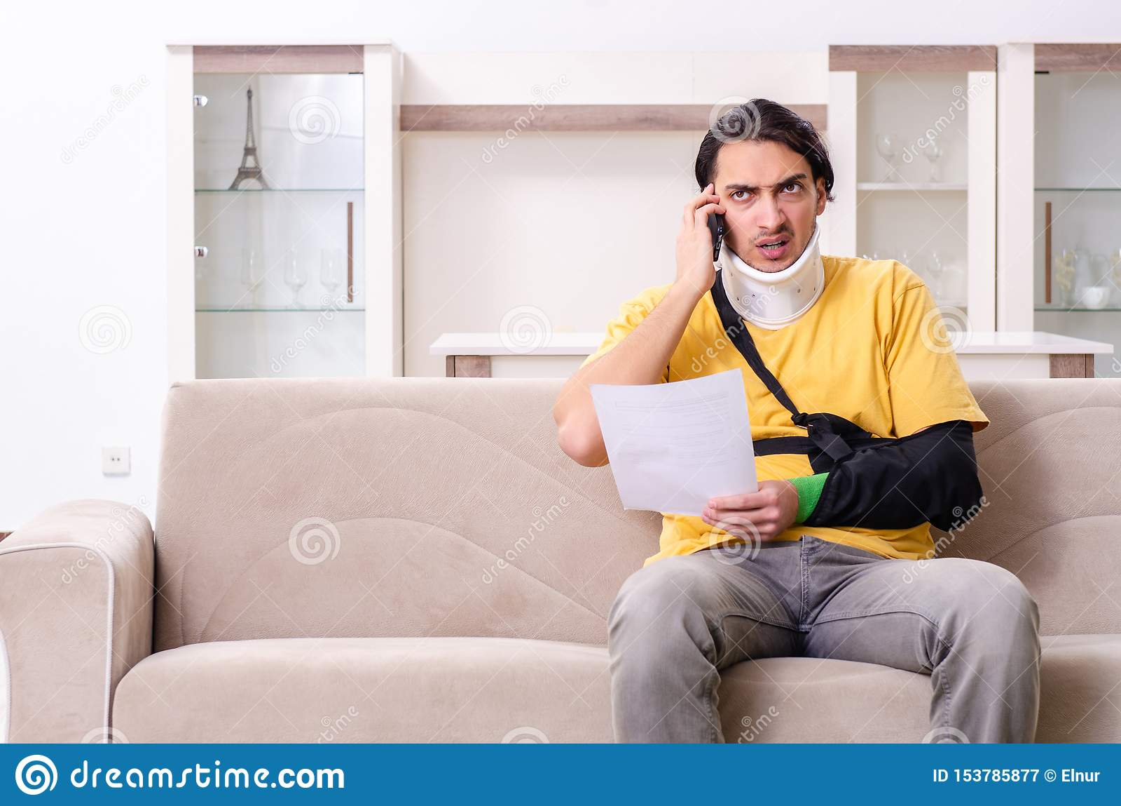 Νεαρός άνδρας μετά από το τροχαίο που υποφέρει στο σπίτι