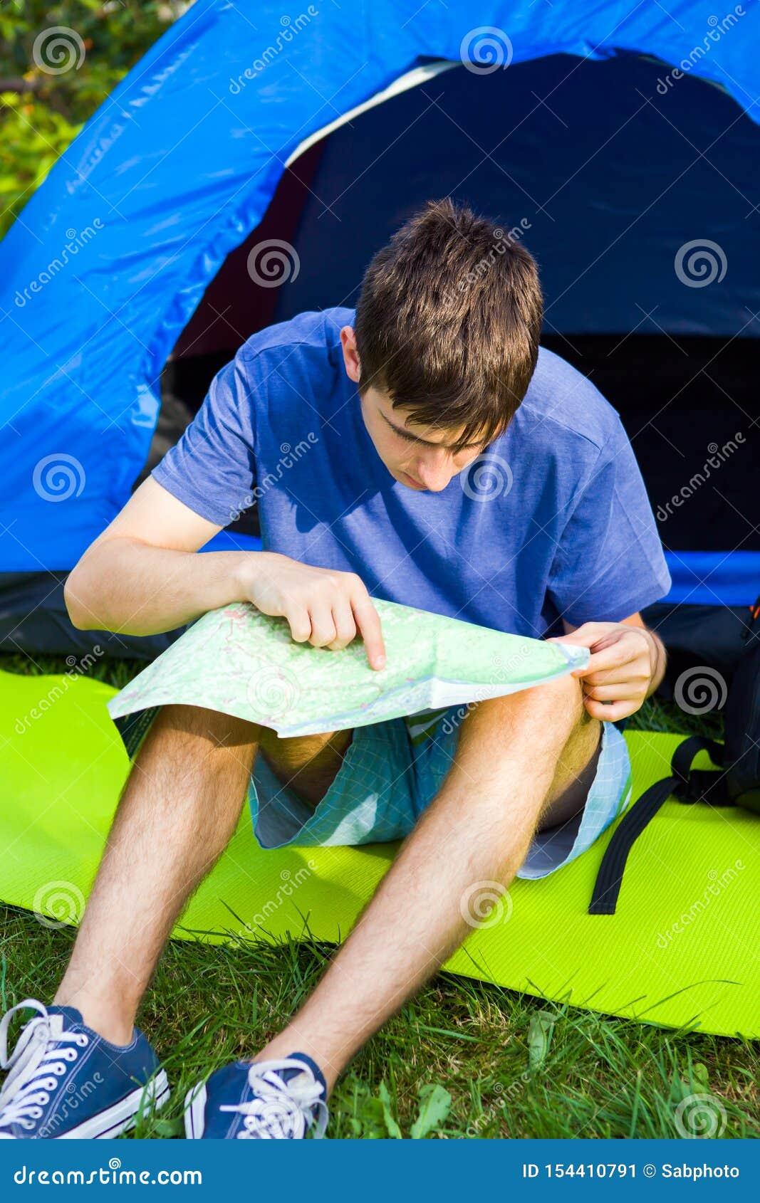Νεαρός άνδρας με έναν χάρτη