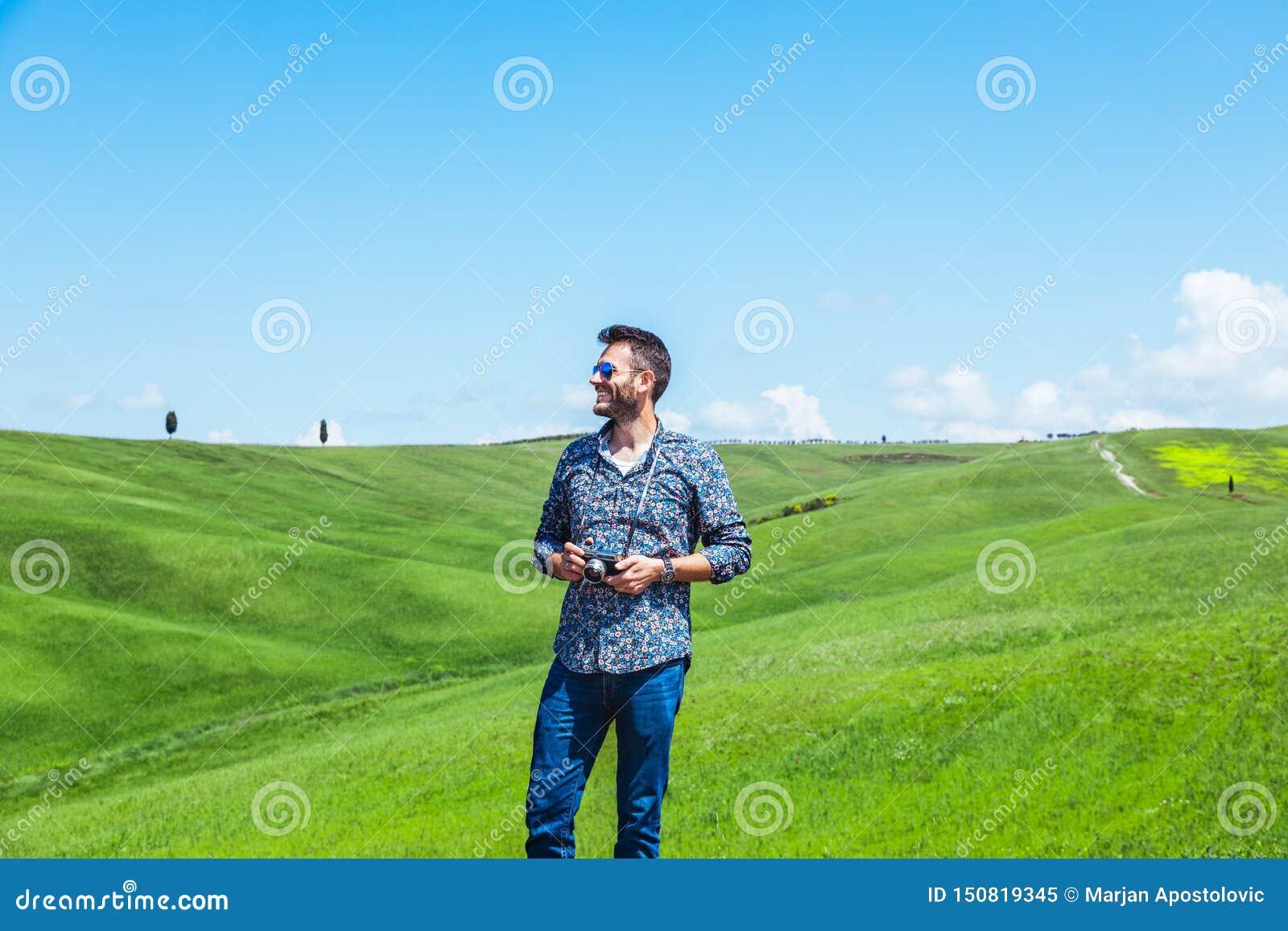 Νεαρός άνδρας που ταξιδεύει μέσω της Τοσκάνης