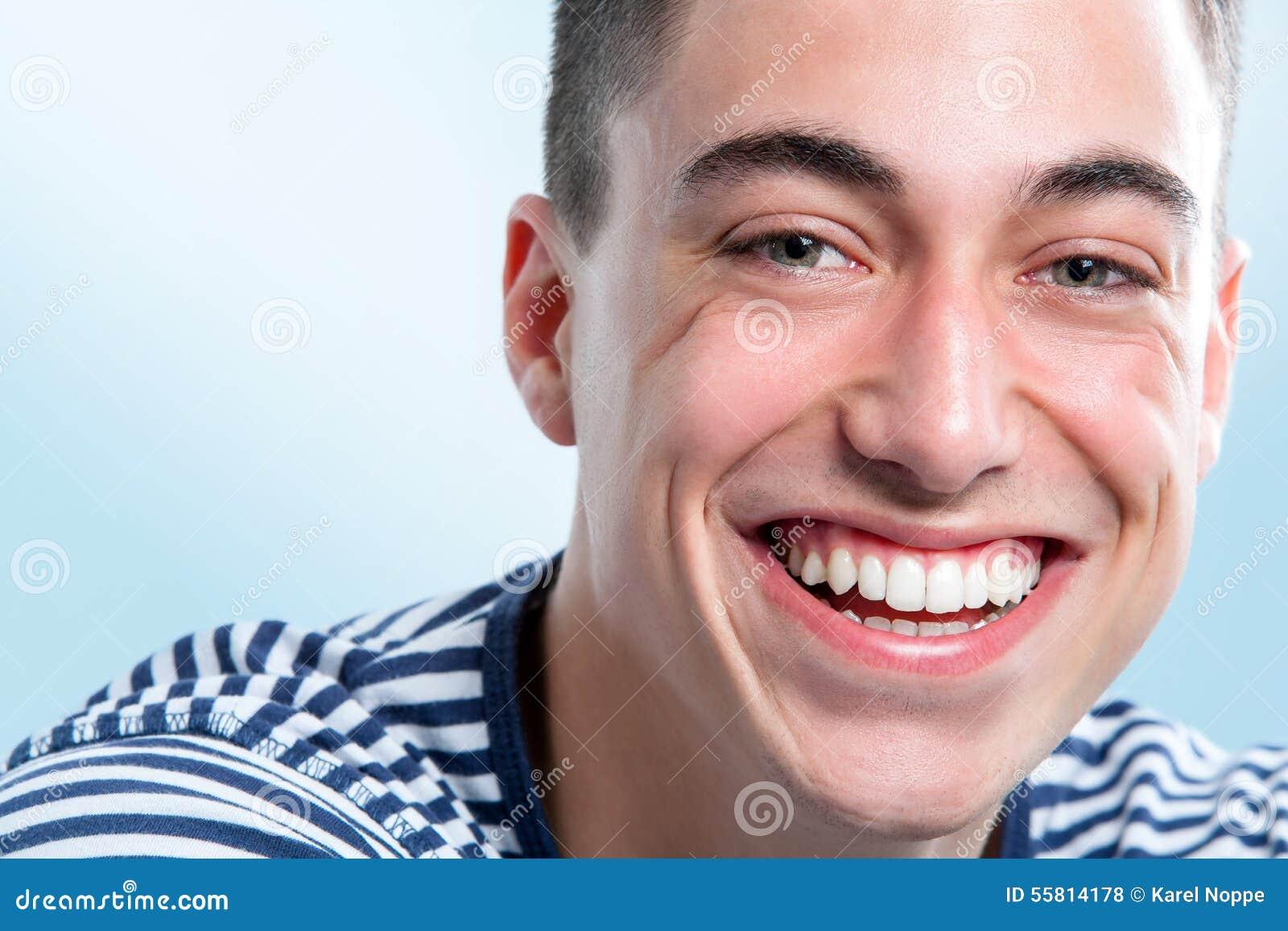 Νεαρός άνδρας με το γοητευτικό χαμόγελο