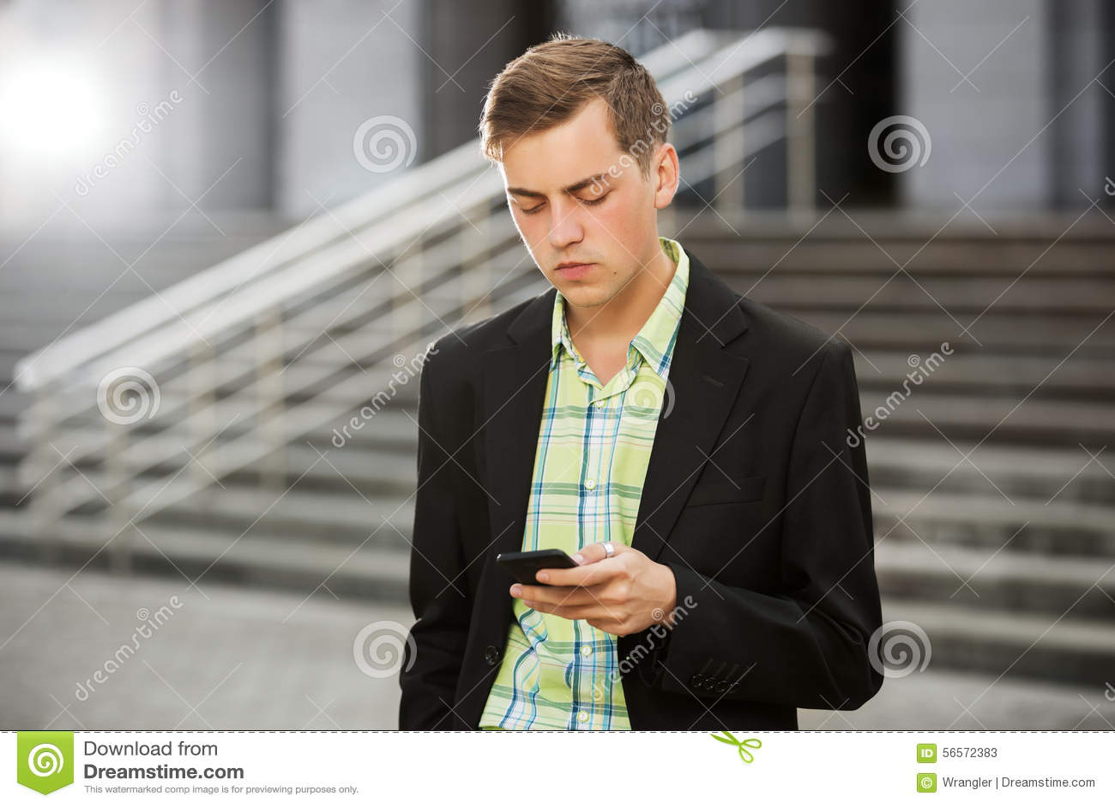 Download Νεαρός άνδρας που καλεί το κινητό τηλέφωνο υπαίθριο Στοκ Εικόνα - εικόνα από πρόσωπο, υπαίθριος: 56572383