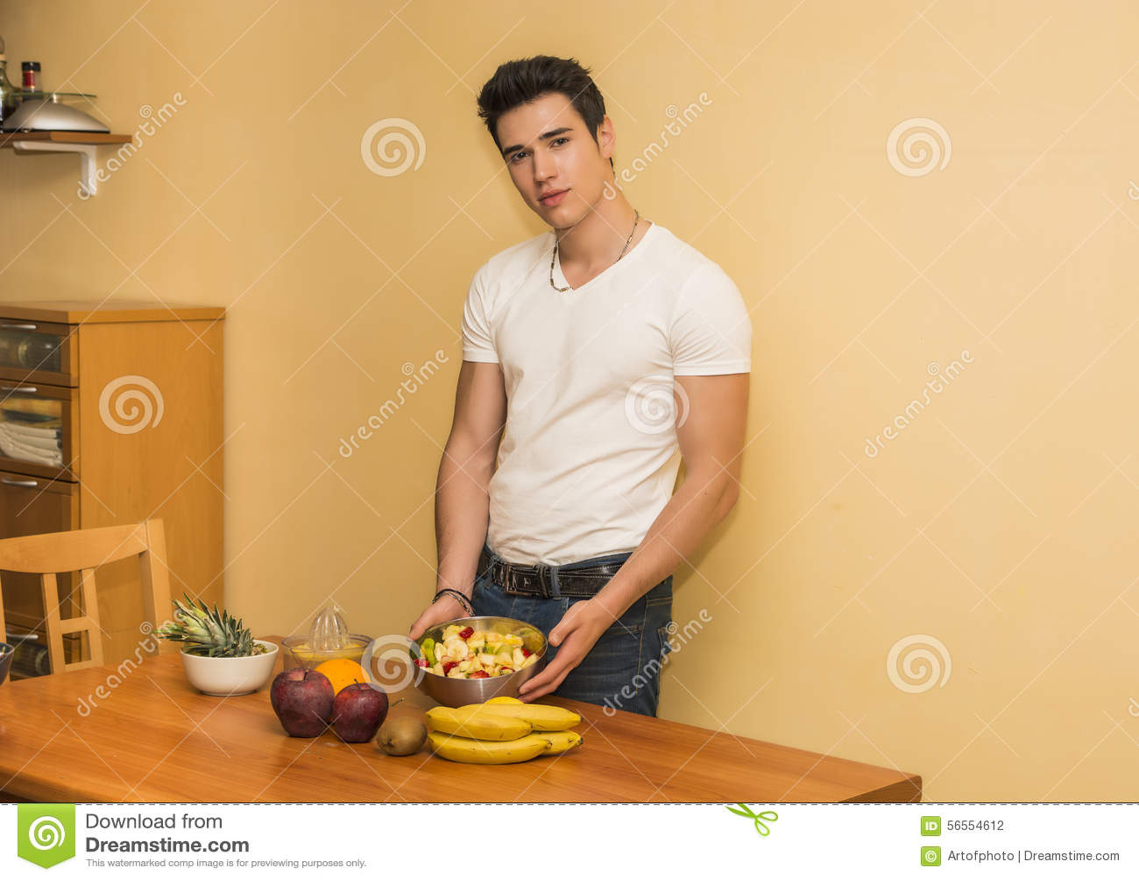 Download Νεαρός άνδρας που προετοιμάζει μια σαλάτα ή έναν καταφερτζή φρούτων Στοκ Εικόνες - εικόνα από ανανάς, τακτοποίηση: 56554612