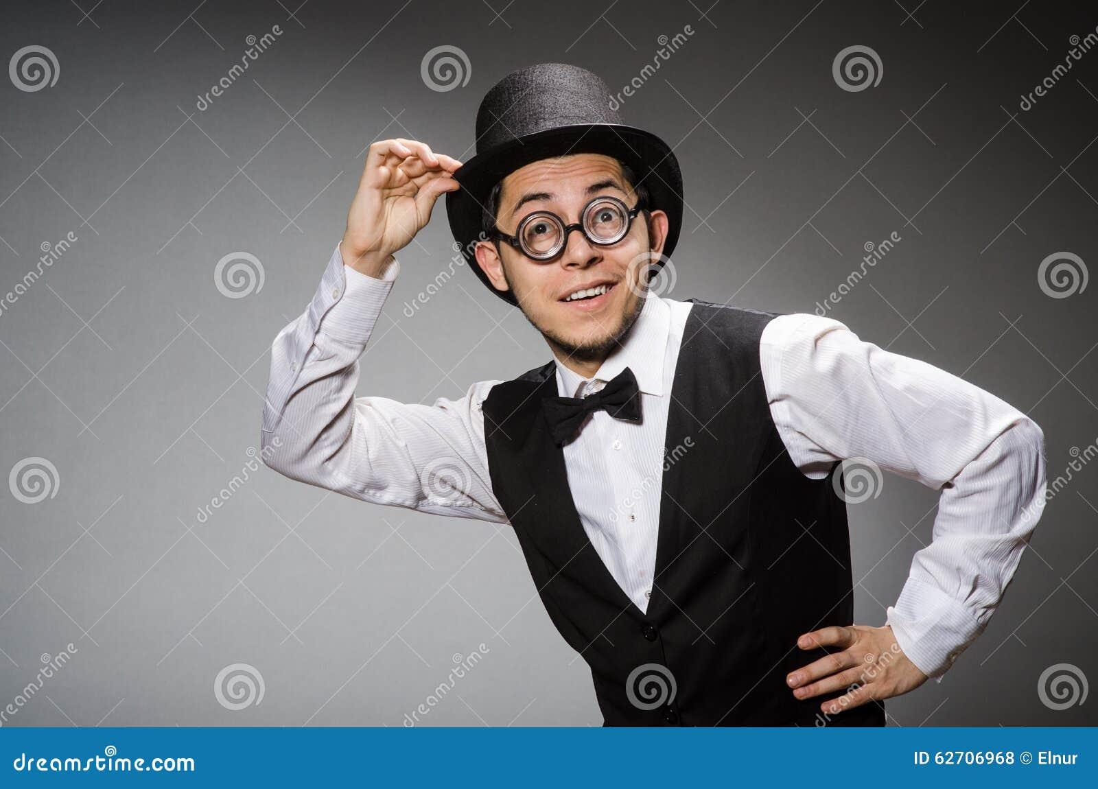 Νεαρός άνδρας στην κλασσική μαύρη φανέλλα και καπέλο ενάντια