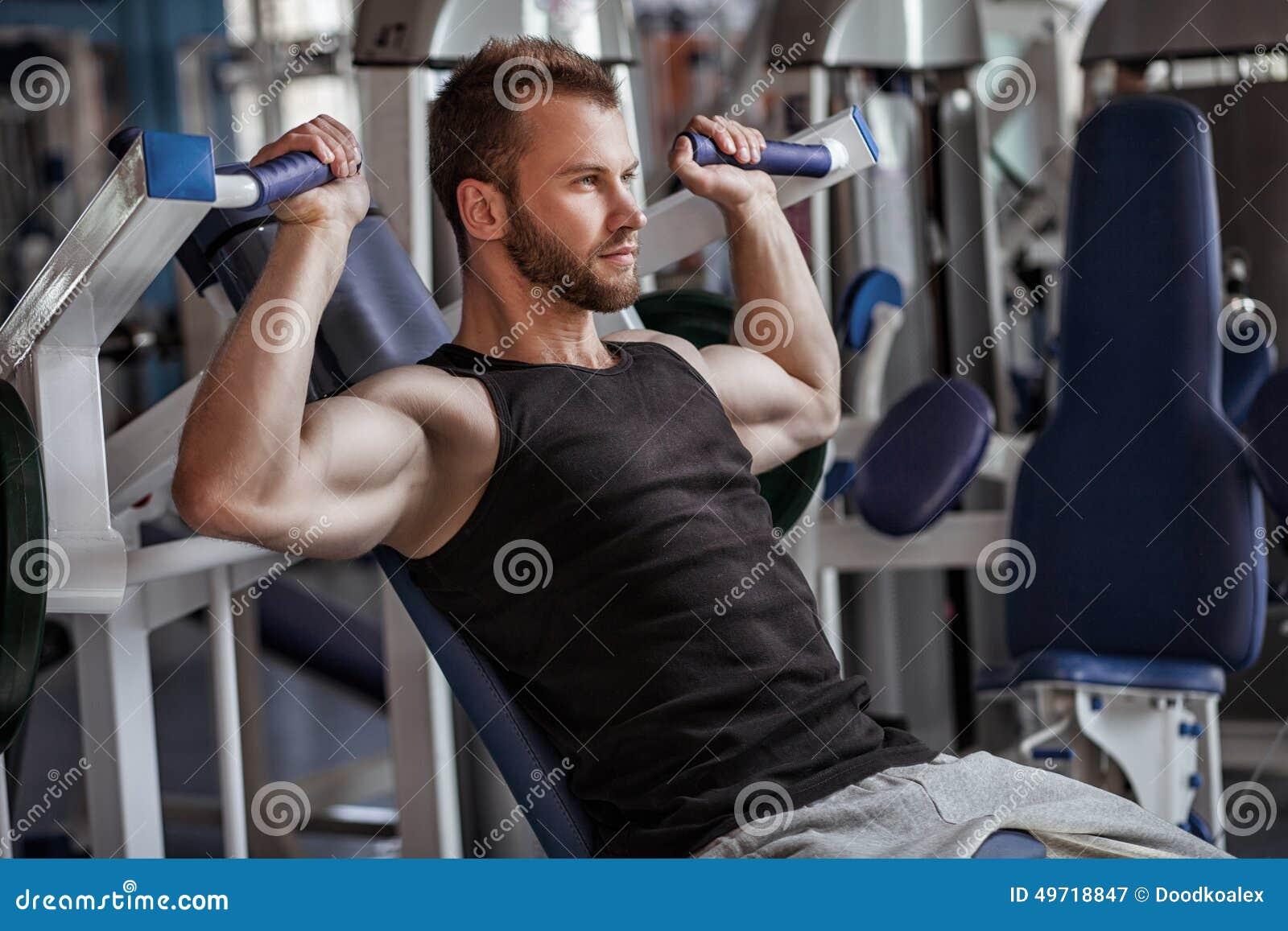 Νεαρός άνδρας στη λέσχη αθλητικής γυμναστικής