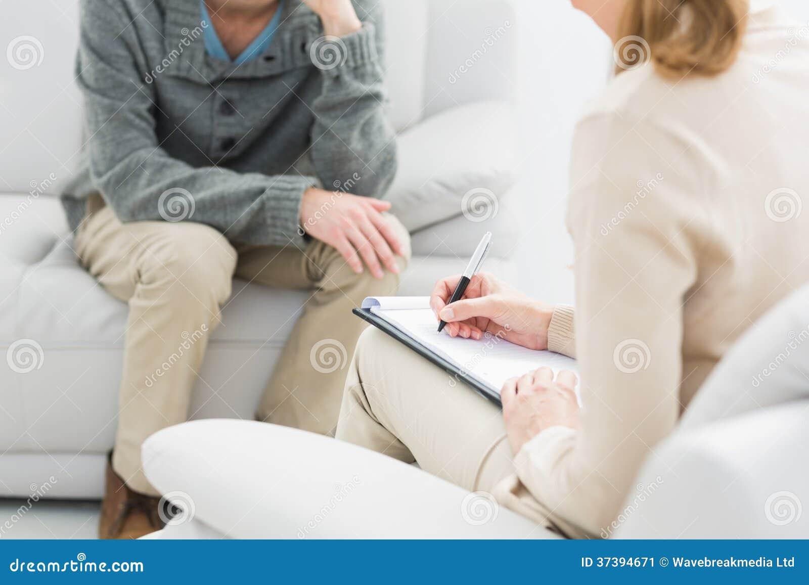 Νεαρός άνδρας στη συνεδρίαση με έναν ψυχολόγο