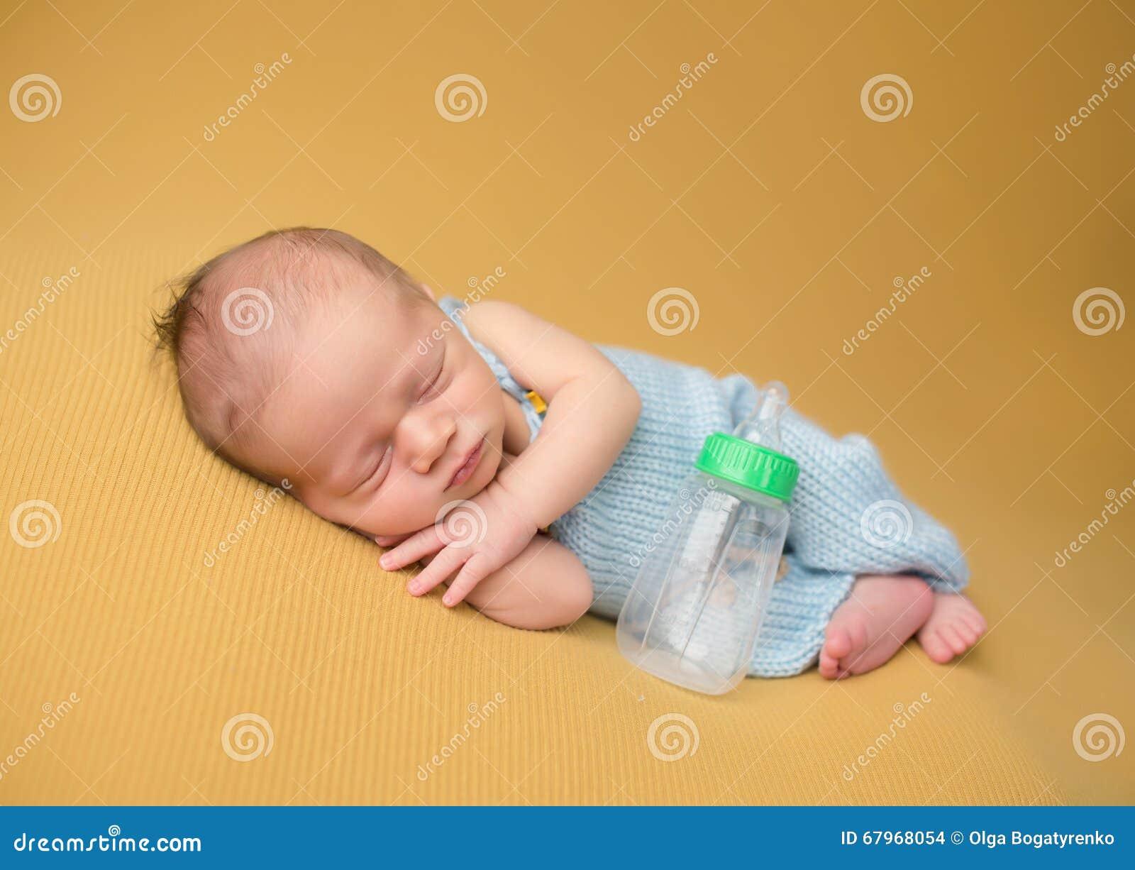 Νεογέννητος ύπνος μωρών με το μπουκάλι