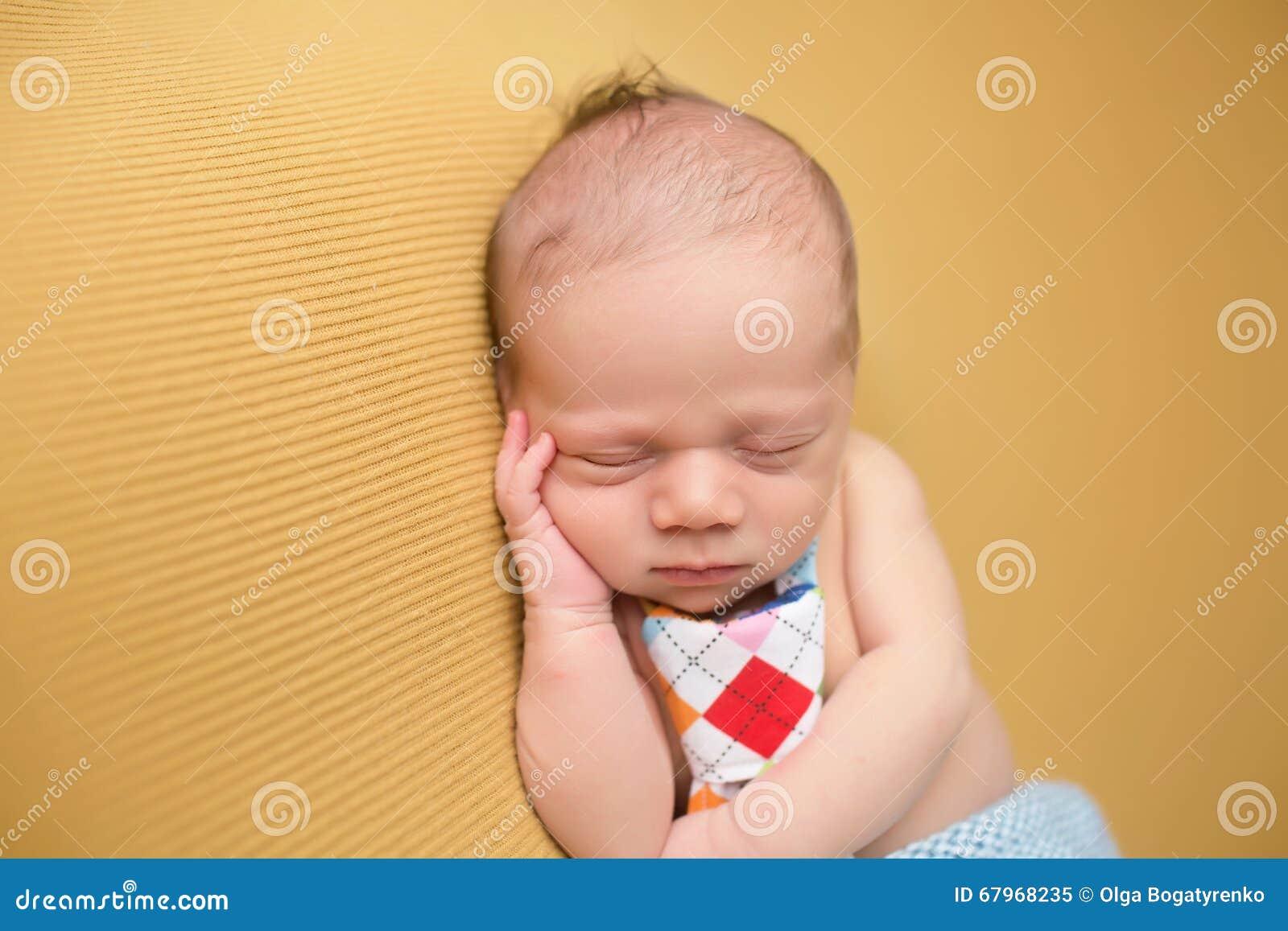 Νεογέννητος ύπνος μωρών στο κάλυμμα