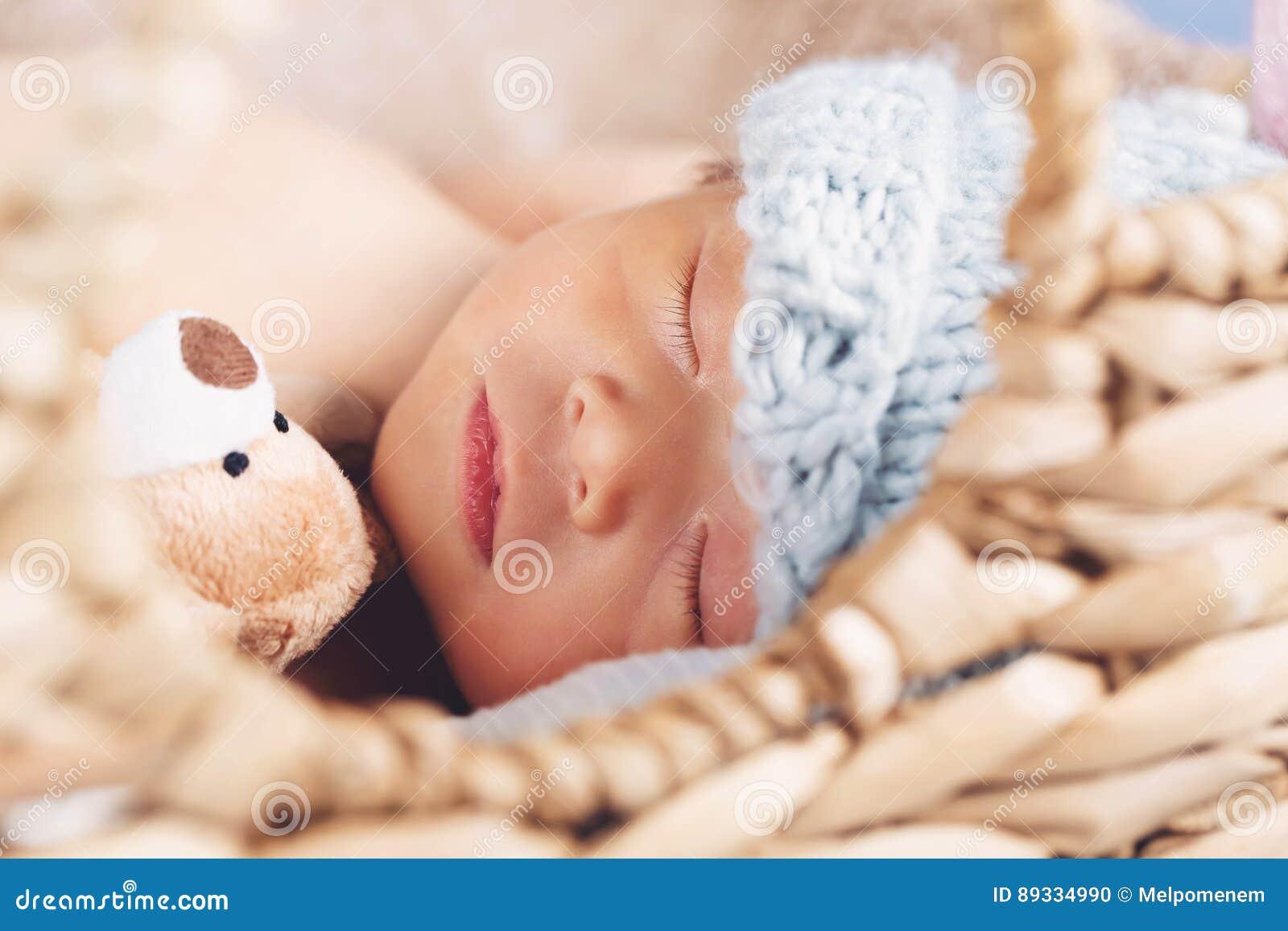 Νεογέννητο αγοράκι σε ένα καλάθι