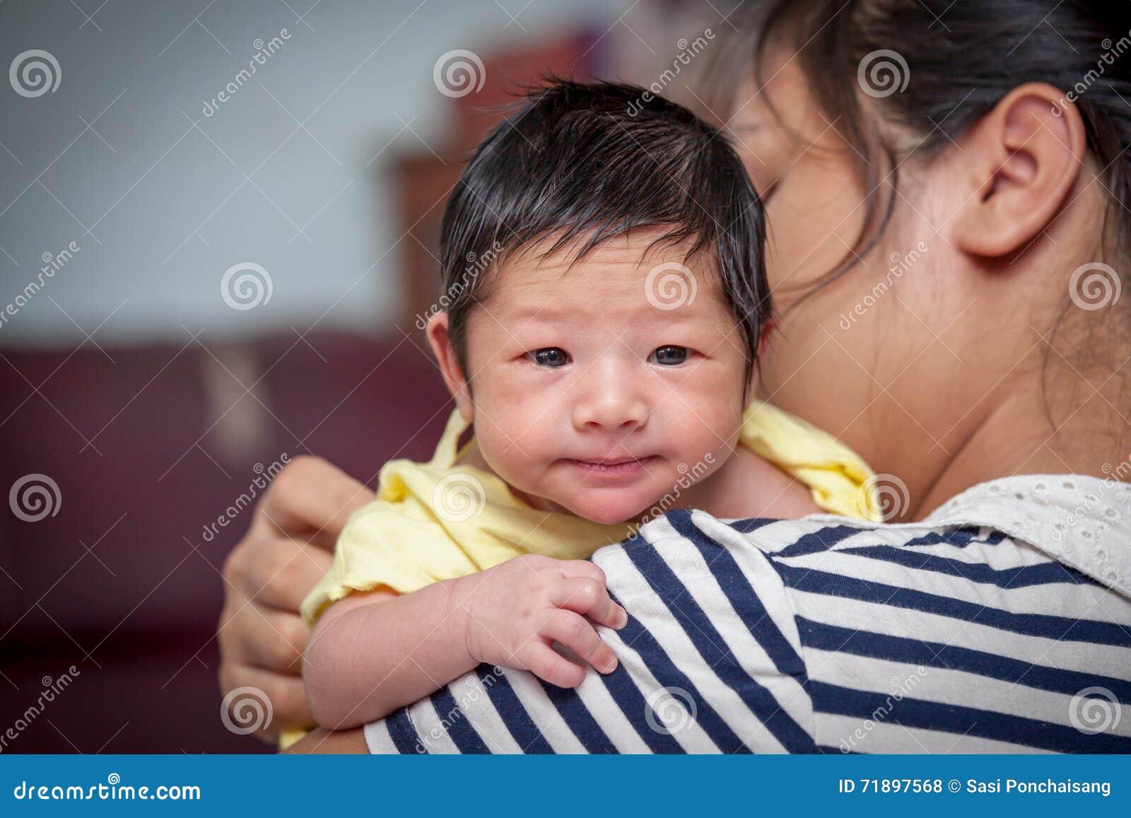 Νεογέννητο αγοράκι στον ώμο μητέρων του