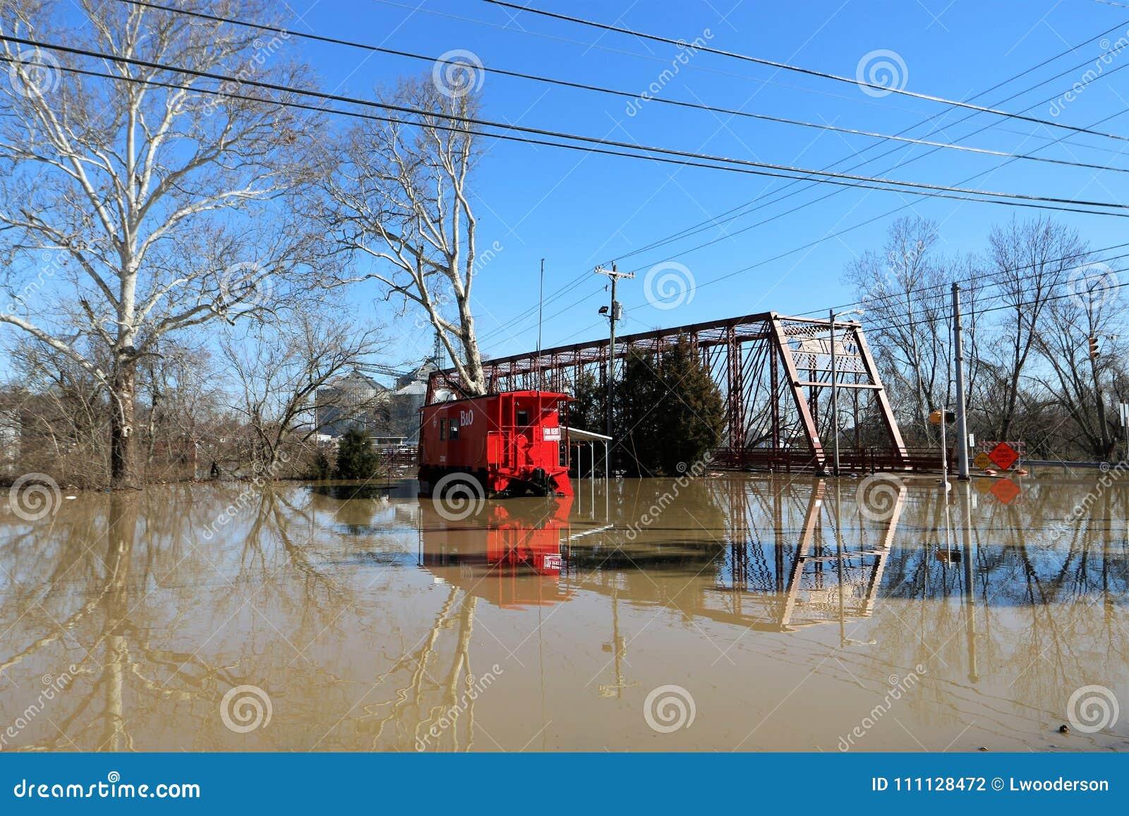 Νερά πλημμύρας πέρα από τη γέφυρα και boxcar στην αυγή, Ιντιάνα