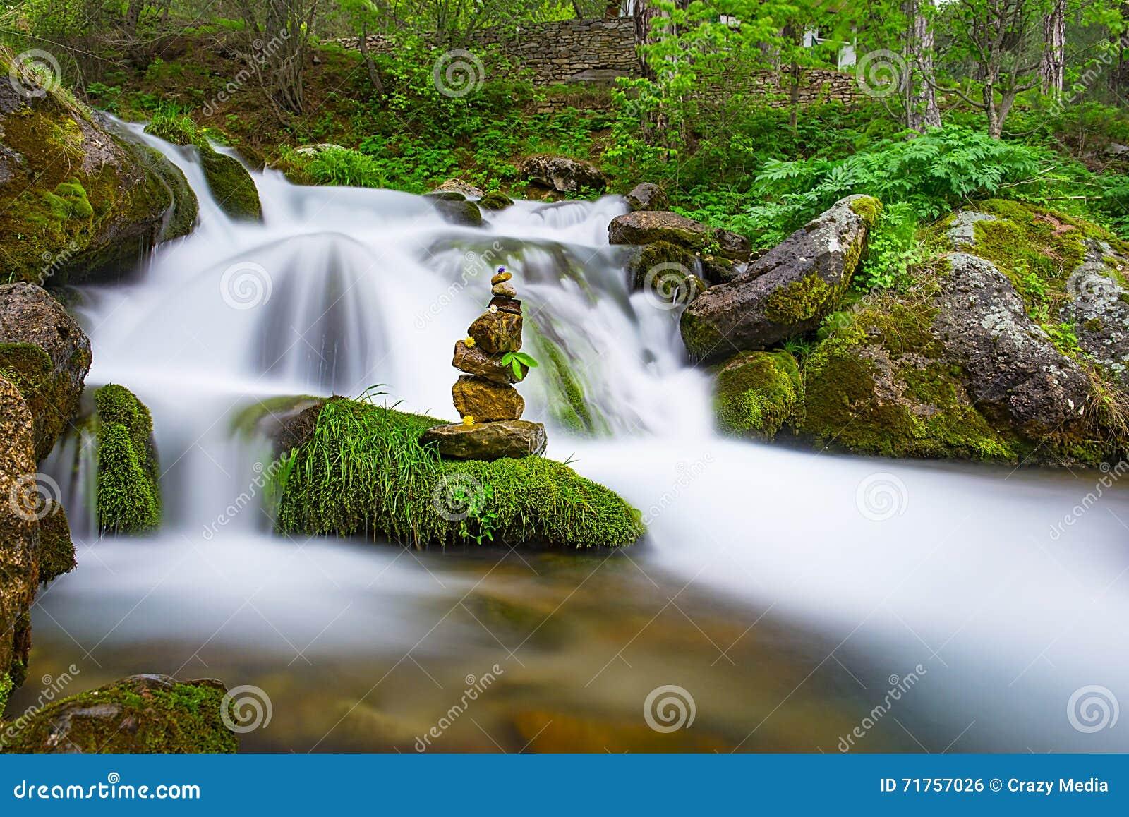 Νερά της Zen stones& του καταρράκτη
