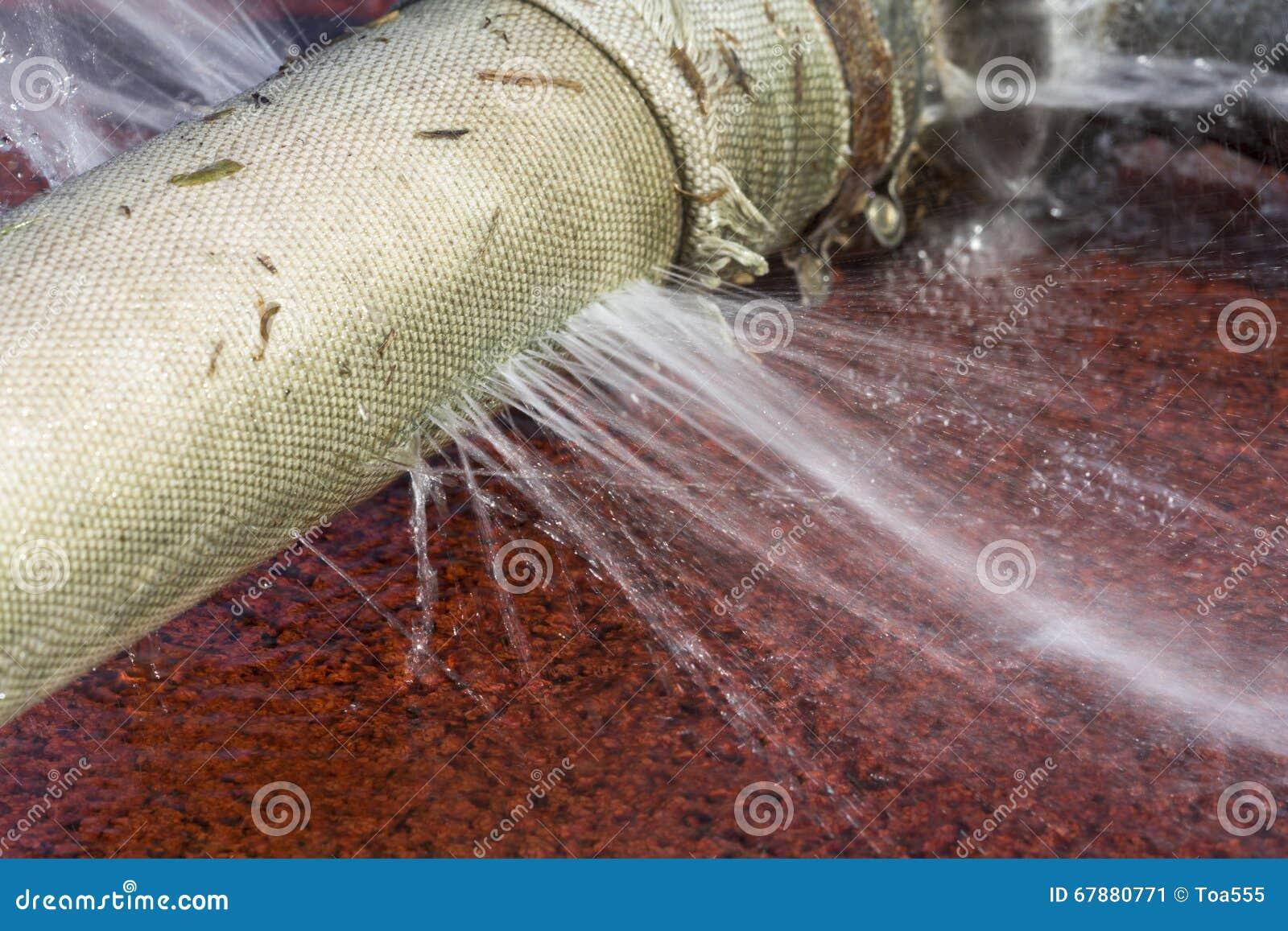Νερό που διαρρέει από την τρύπα σε μια μάνικα